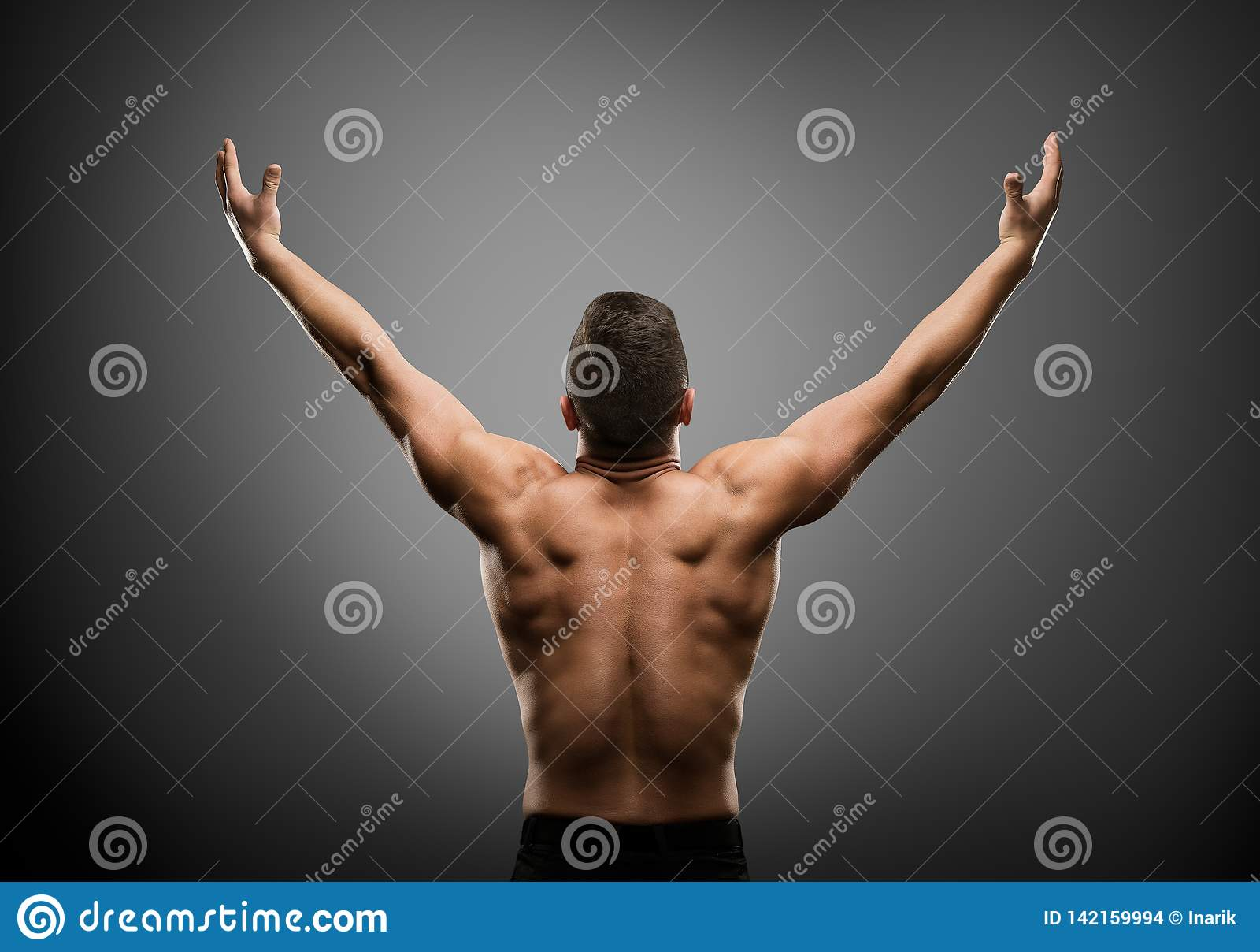 Athletischer Mann hob offene Arme, muskulöse Athleten-Body Back Rear-Ansicht an