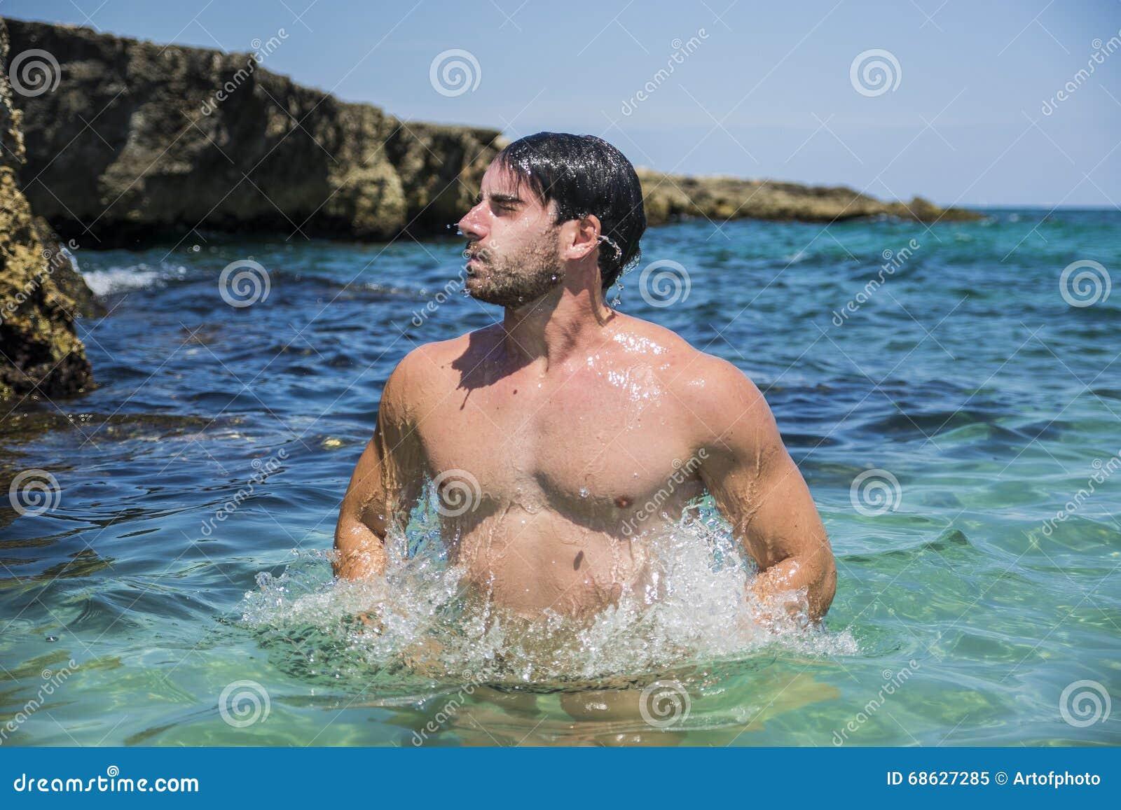 Athletischer Mann Im Meer Oder Im Ozean, Die Herauf Das