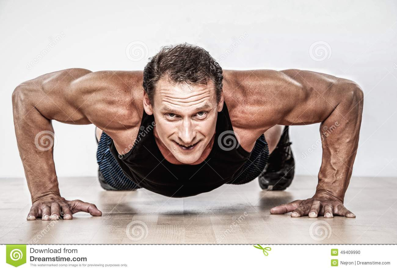 Download Athletischer Mann Von Mittlerem Alter Stockfoto - Bild von sportsman, eignung: 49409990