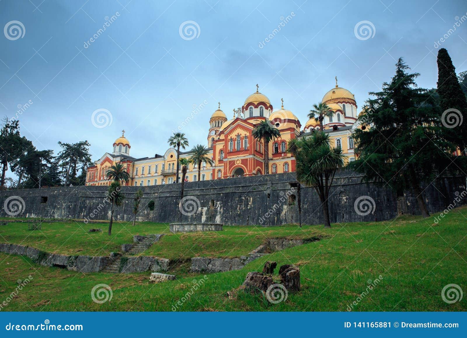Athos novo na Abkhásia em um dia nebuloso