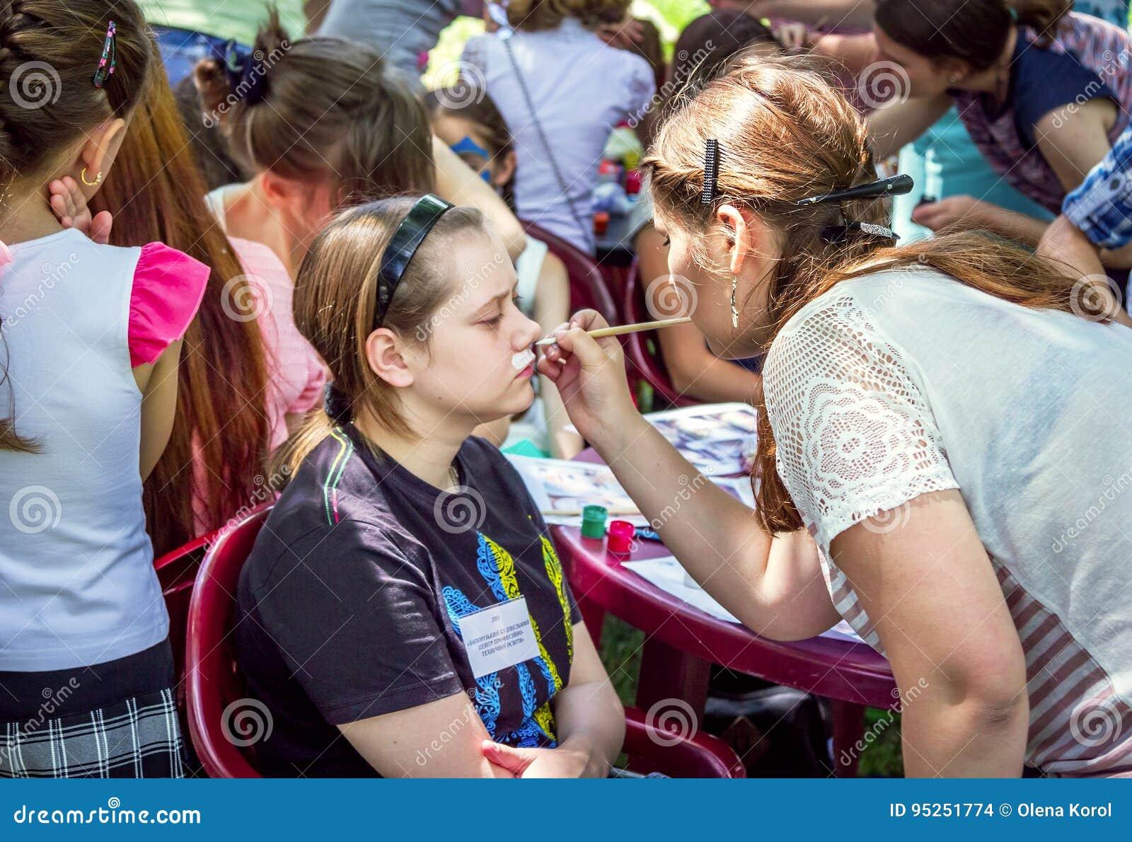 Atividade das crianças da pintura da cara
