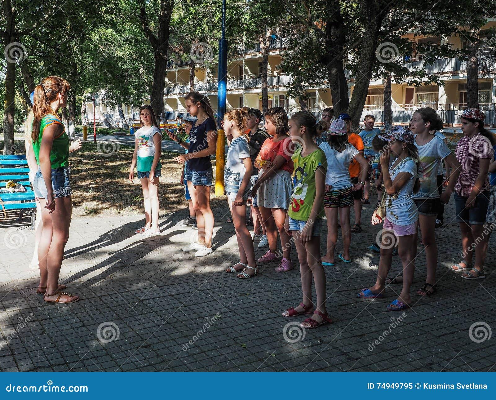 Atividades do jogo em um acampamento das crianças na cidade Anapa do russo da região de Krasnodar
