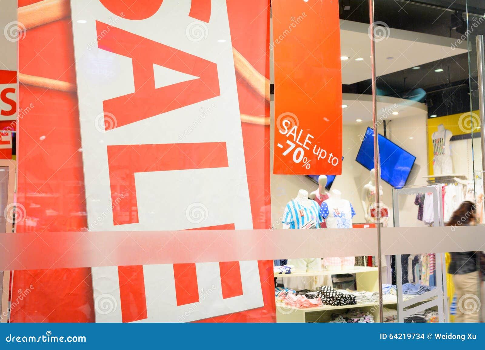 ce8e84a4f Atividades Relativas à Promoção Na Loja De Roupa Foto de Stock ...