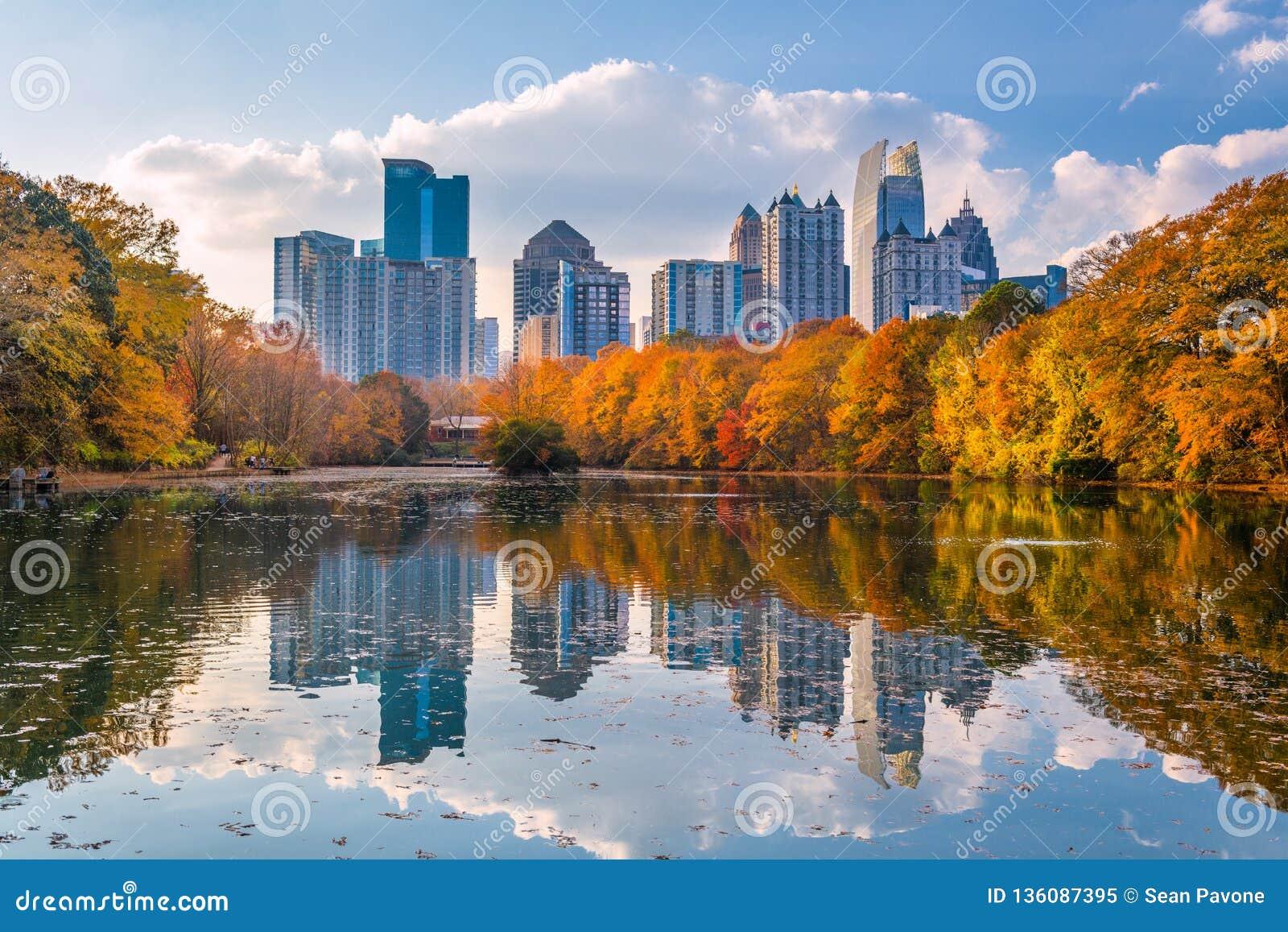 Atlanta, Georgia, orizzonte del parco di U.S.A. Piemonte in autunno