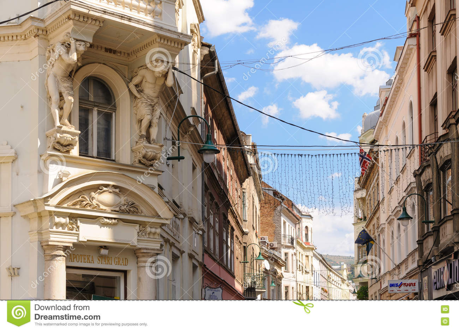2 atlantes поддерживая балкон Сараево