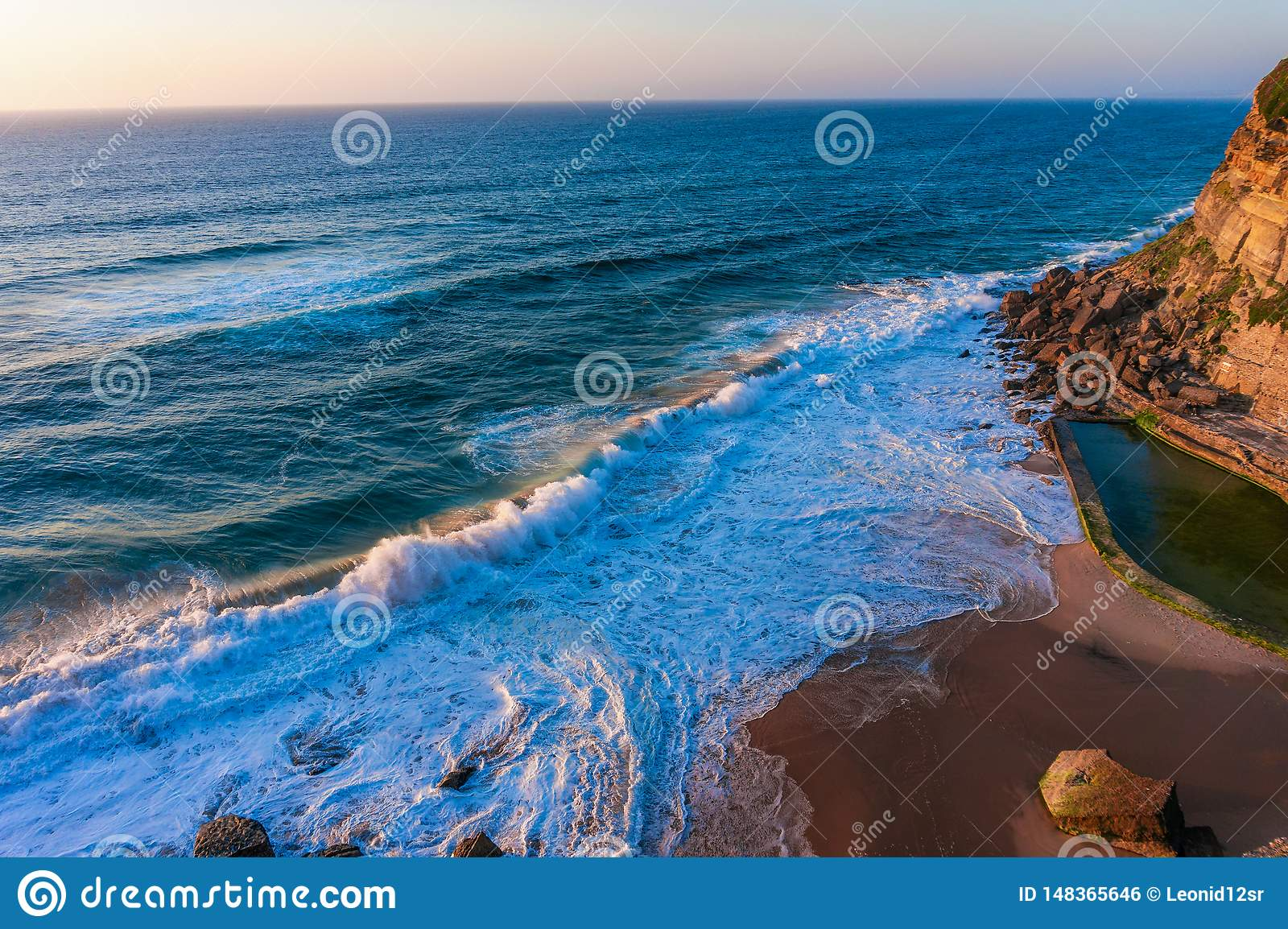 Atlantik-Wellen auf sandigem Strand nahe kleinem Dorf Azenhas Portugals tun Mrz
