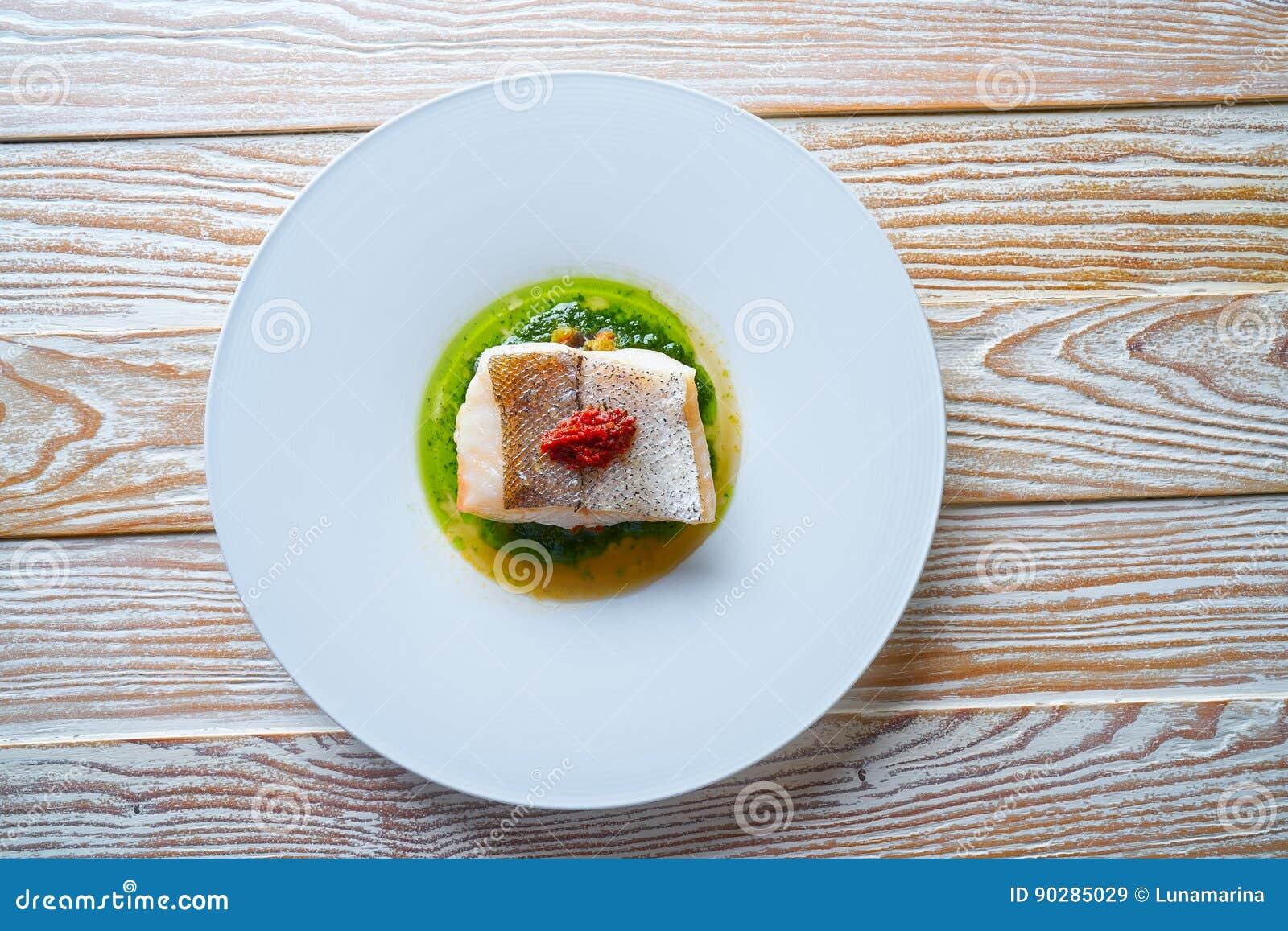 Atlantisk kummel över torkad tomatratatouille