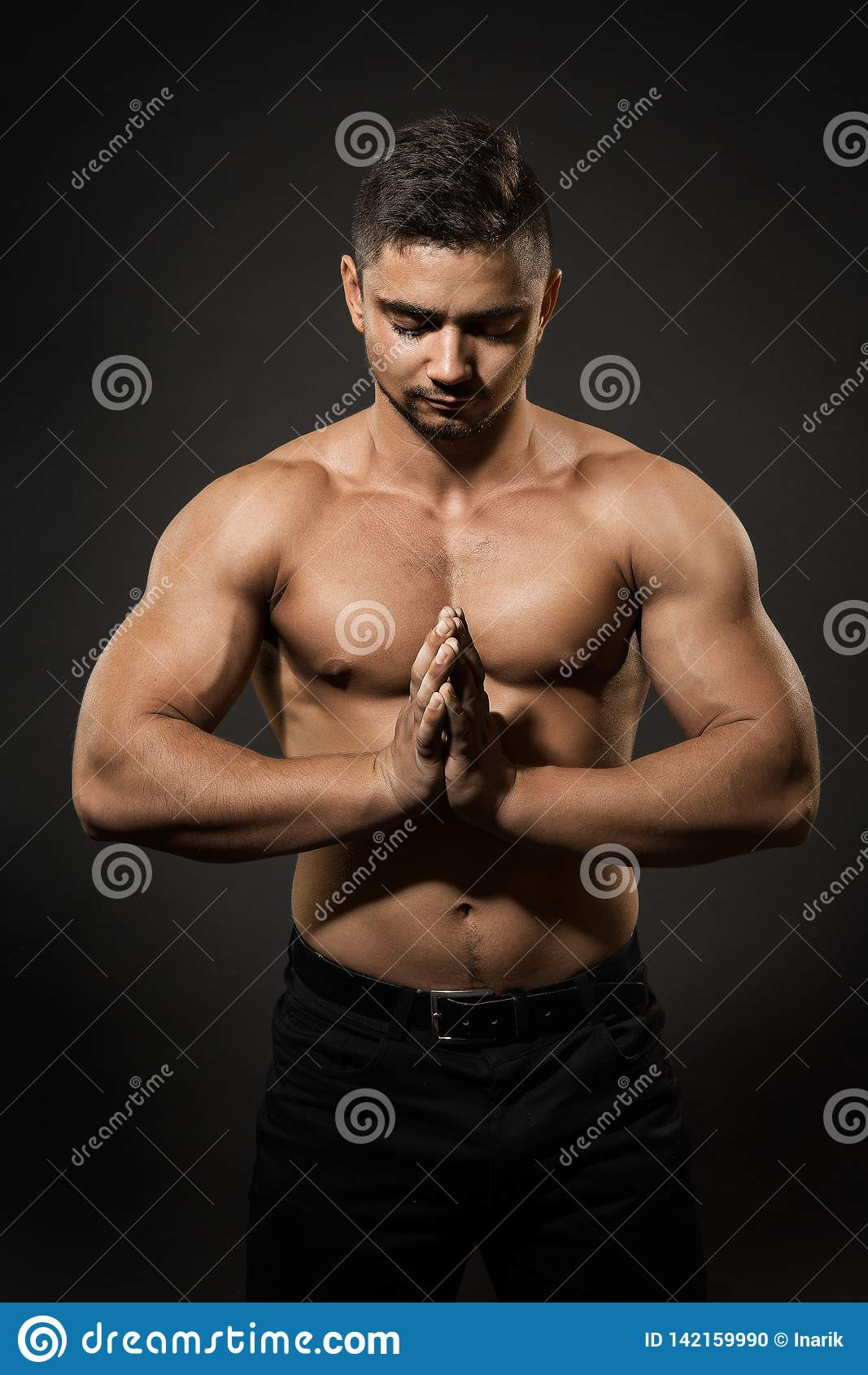 Atleet Man Studio Portrait, Sportman het Naakte Lichaam Concentreren zich met Gevouwen Handen
