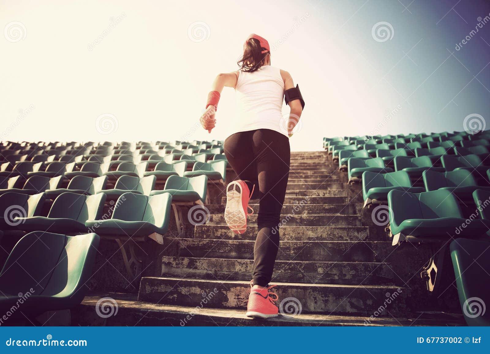 Atleta bieg na schodkach kobiety sprawności fizycznej treningu wellness jogging pojęcie