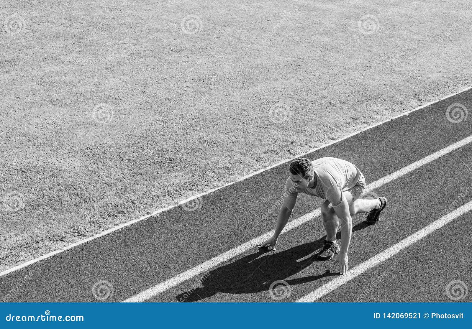 Atleta biegacz przygotowywa ścigać się Łączna ruchliwość ćwiczy ulepszać elastyczność i funkcję Biegać porady dla beginners