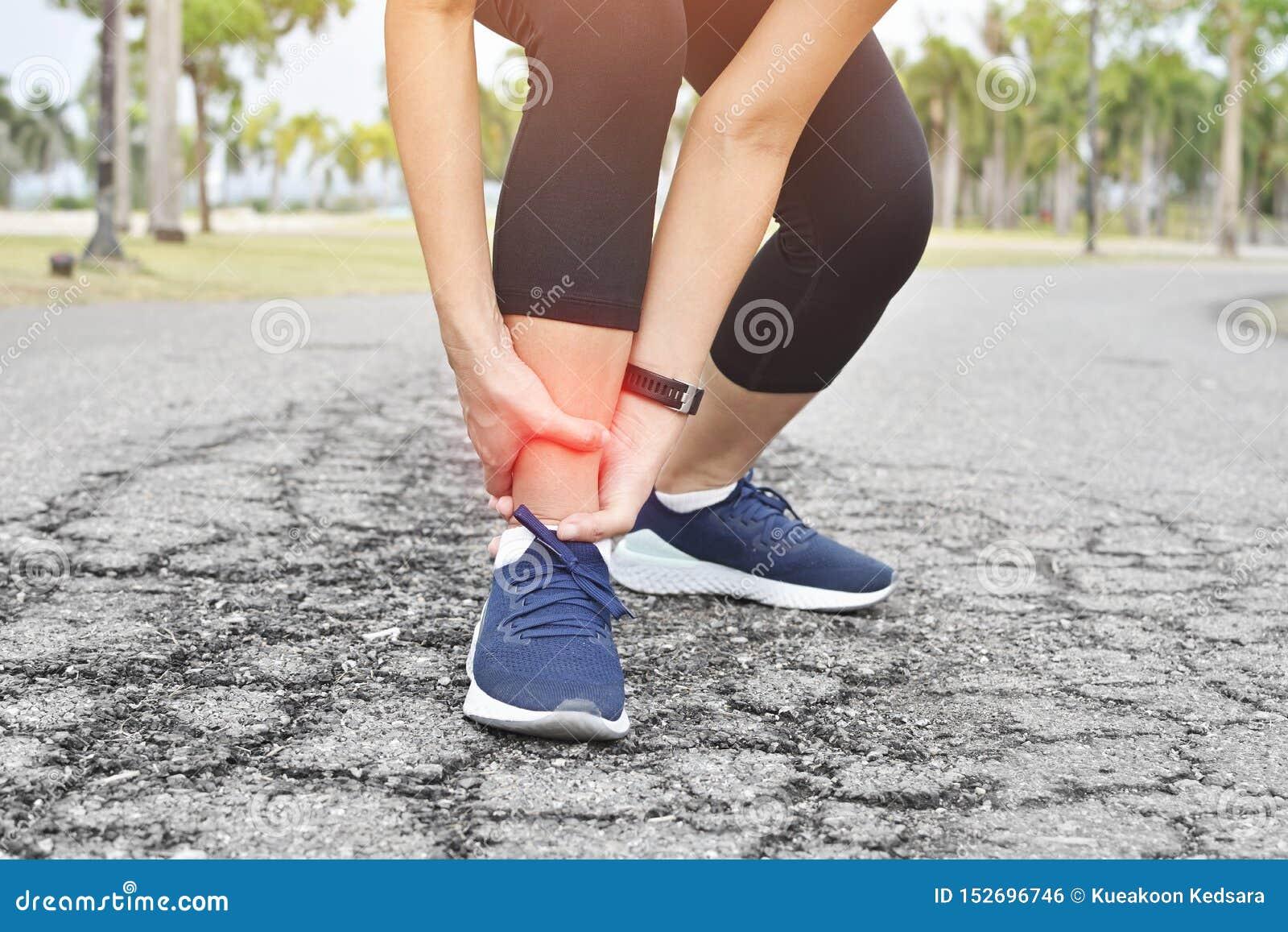 Atleta biegacza stażowego wypadku kręcona kostka