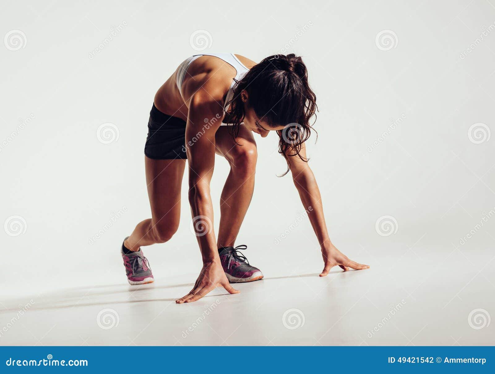 Atleta de sexo femenino apto listo para correr