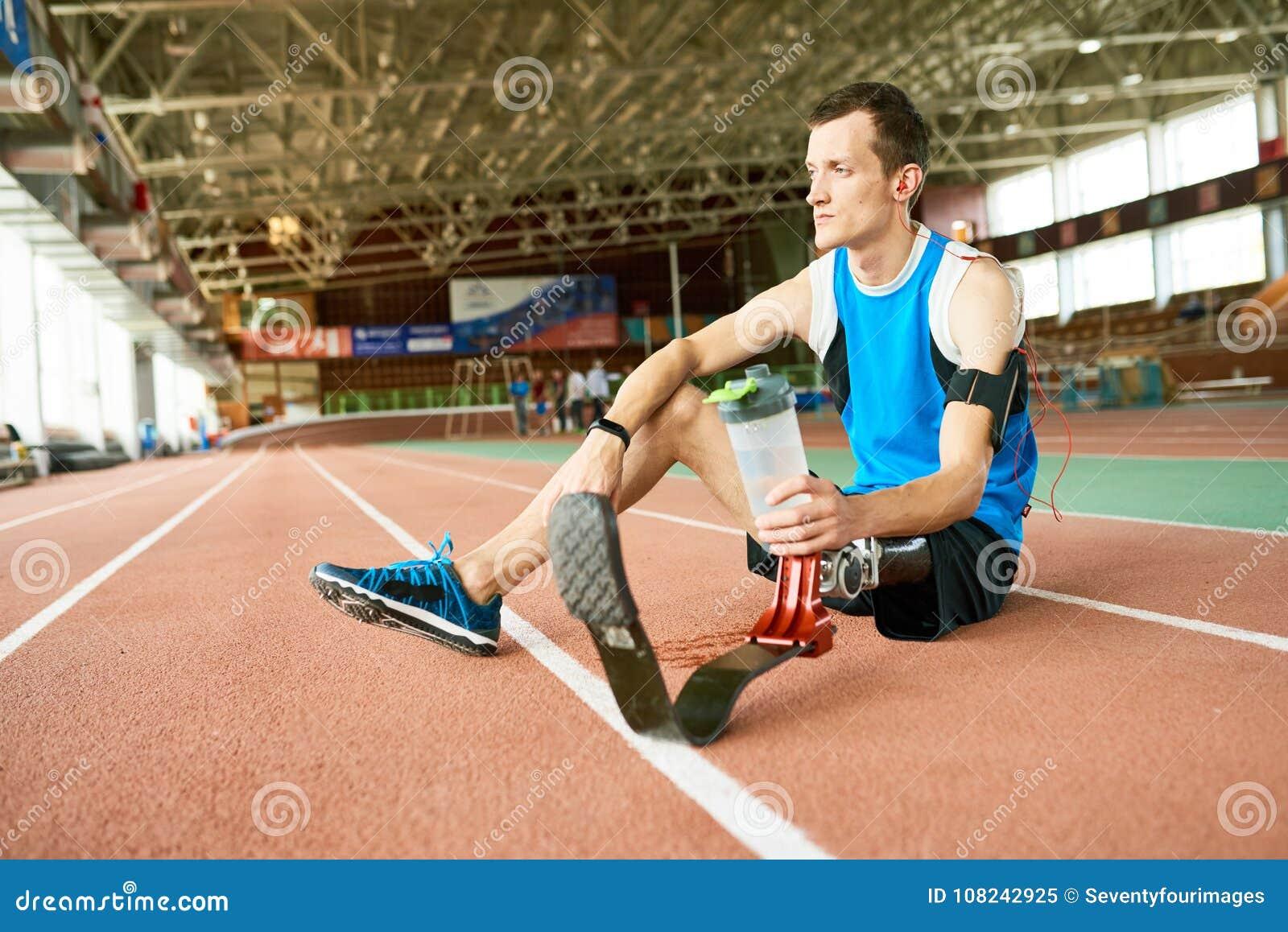 Atleta deficiente Resting na pista de atletismo