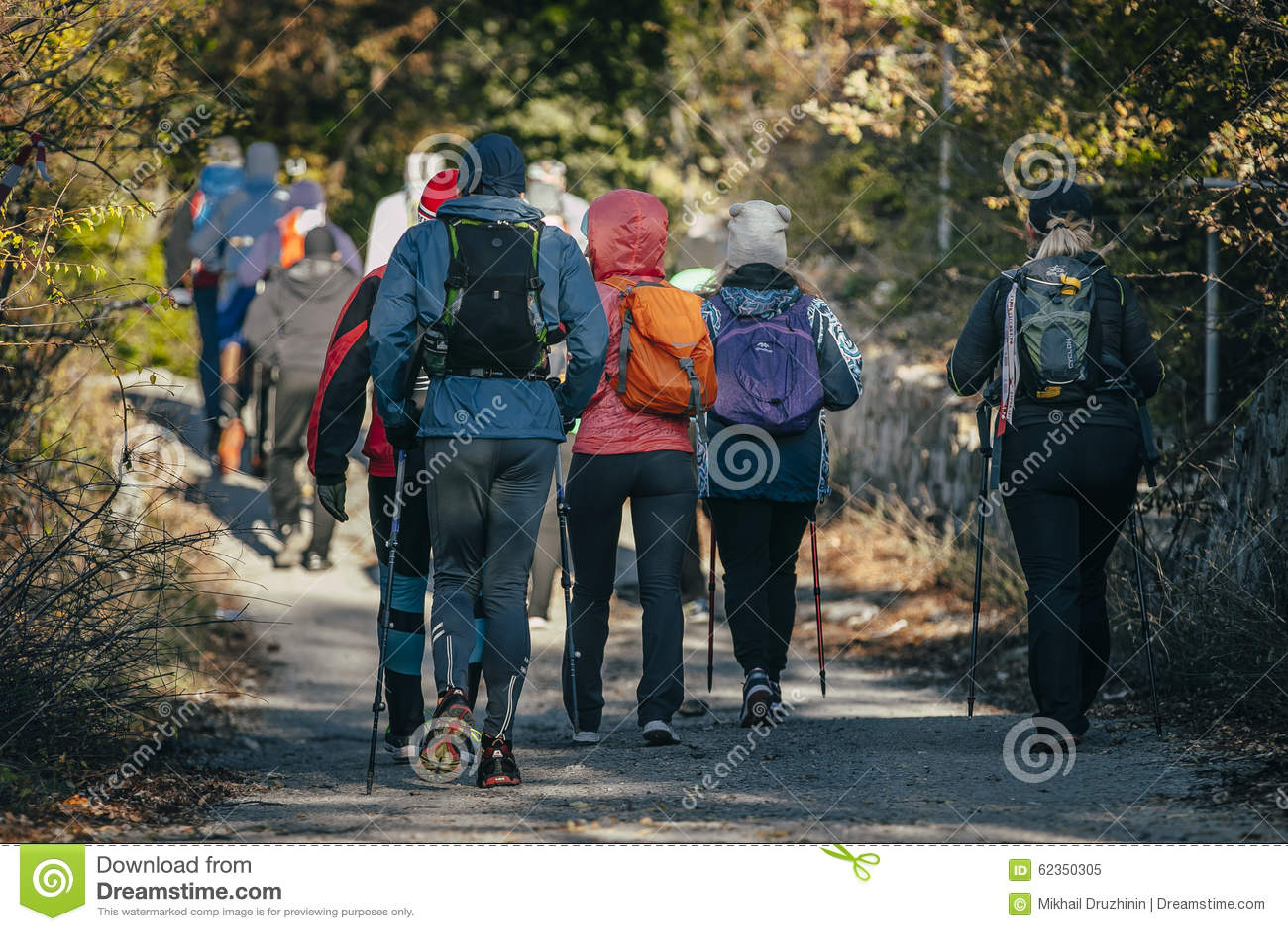 Atleta del grupo con los palillos a caminar comenzado