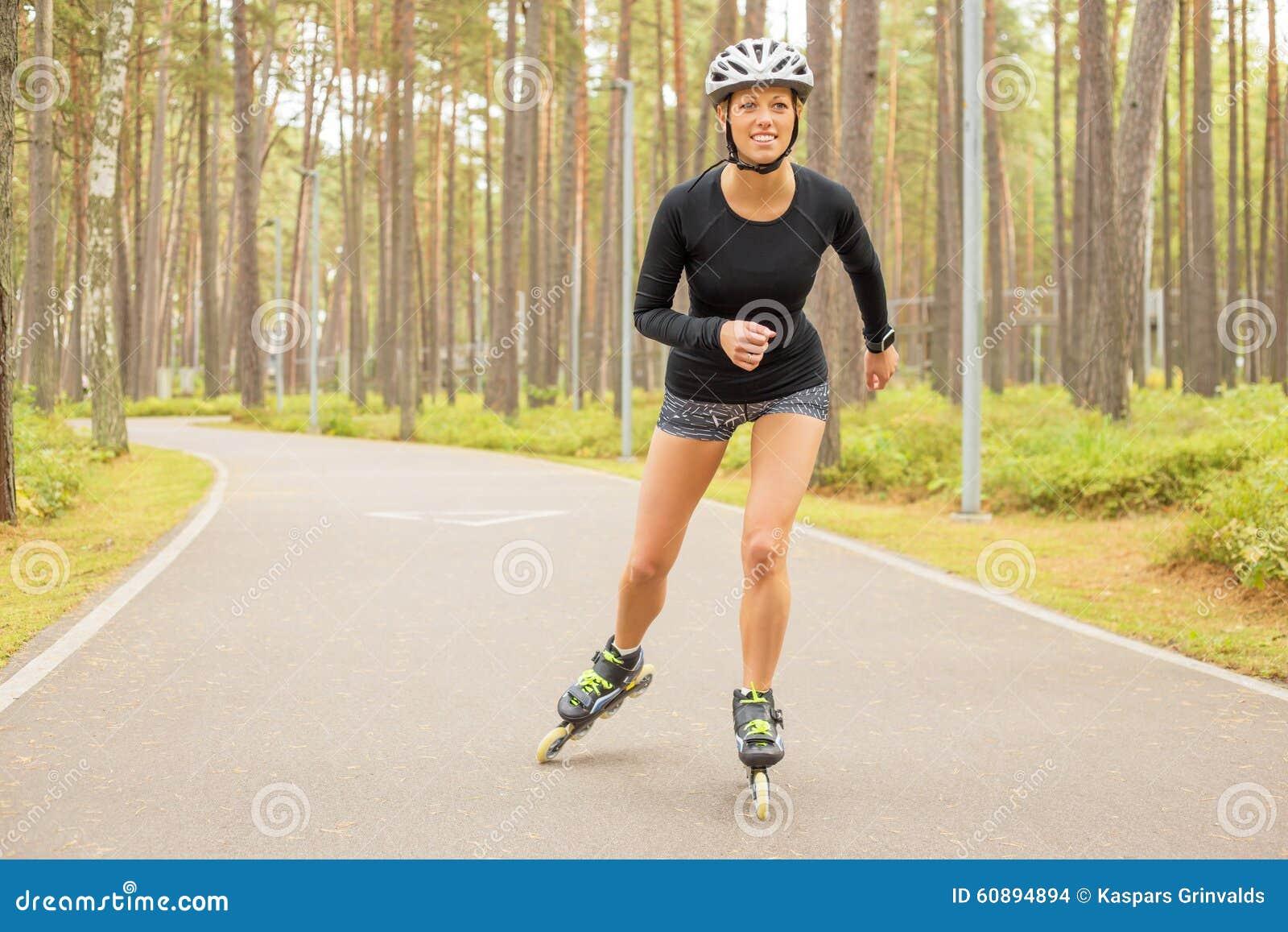 Atleta della donna sui pattini di rullo