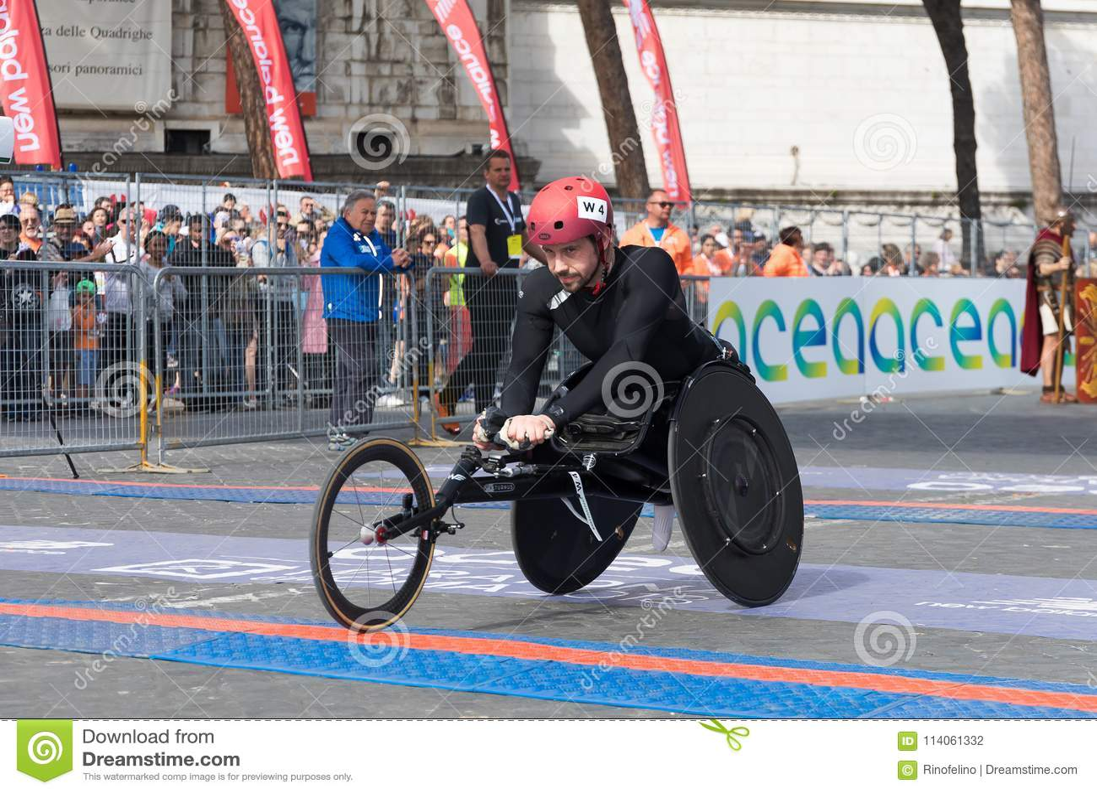 Sedie A Rotelle Roma : Atleta della sedia a rotelle sullarrivo della ventiquattresima