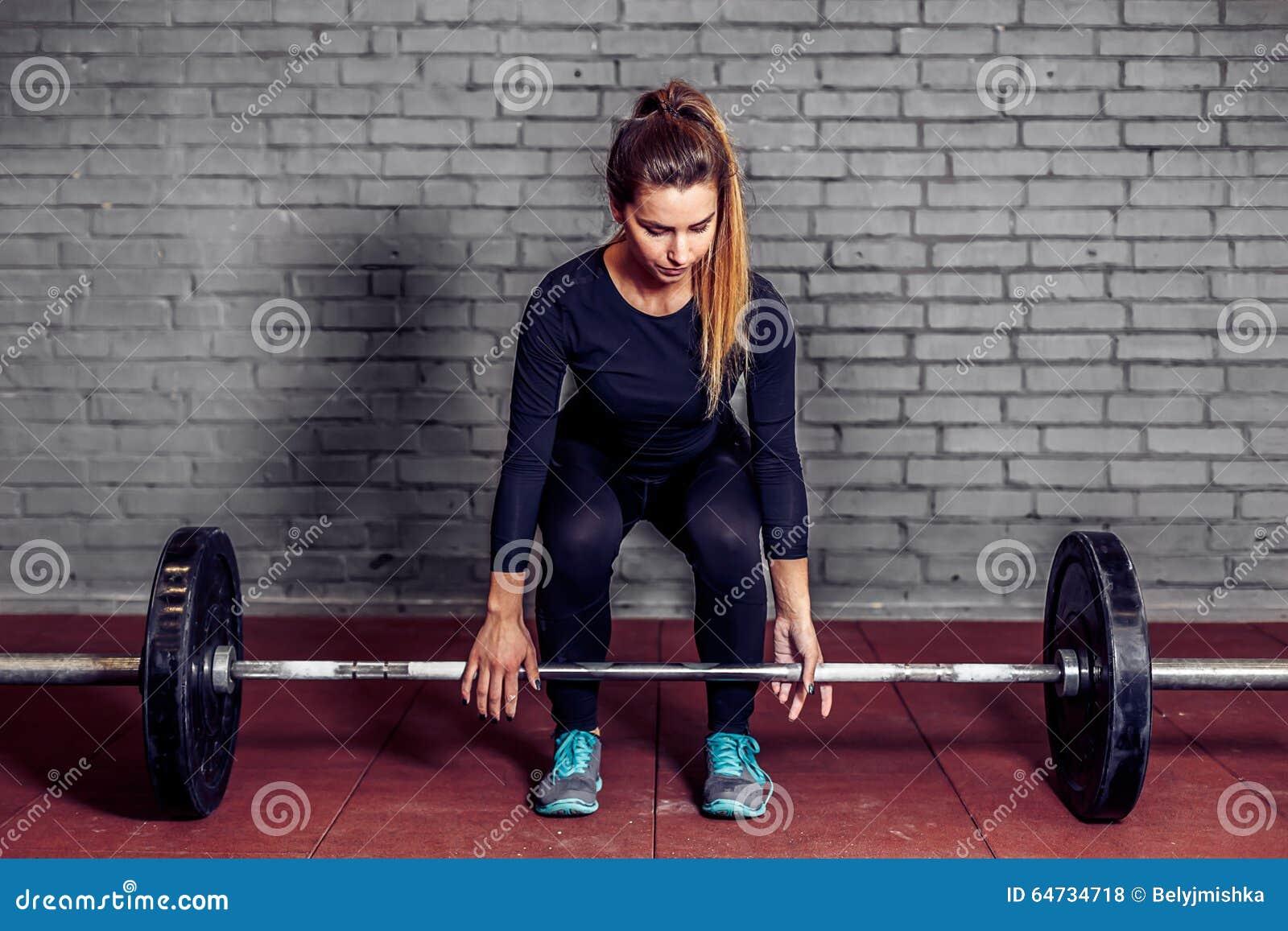 Atleta femminile che fa deadlift alla palestra