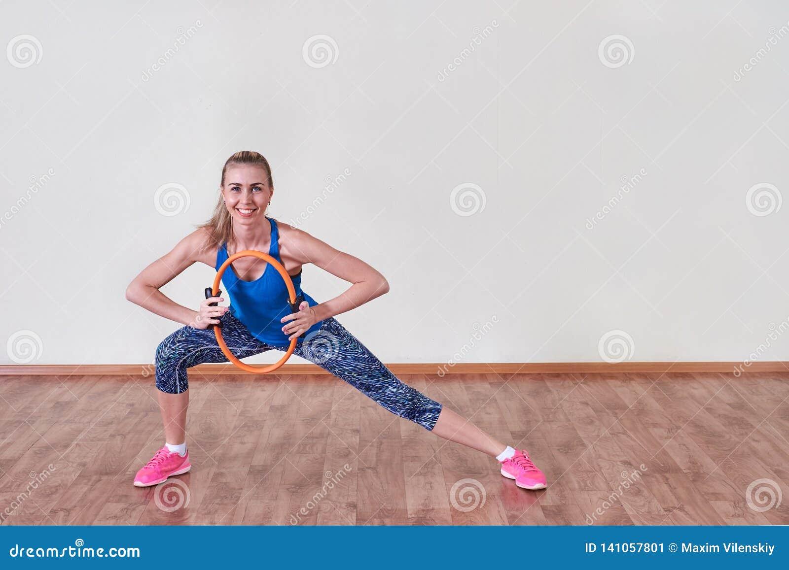 Atleta femminile che fa esercizio di sport Concetto di cura del corpo e di salute