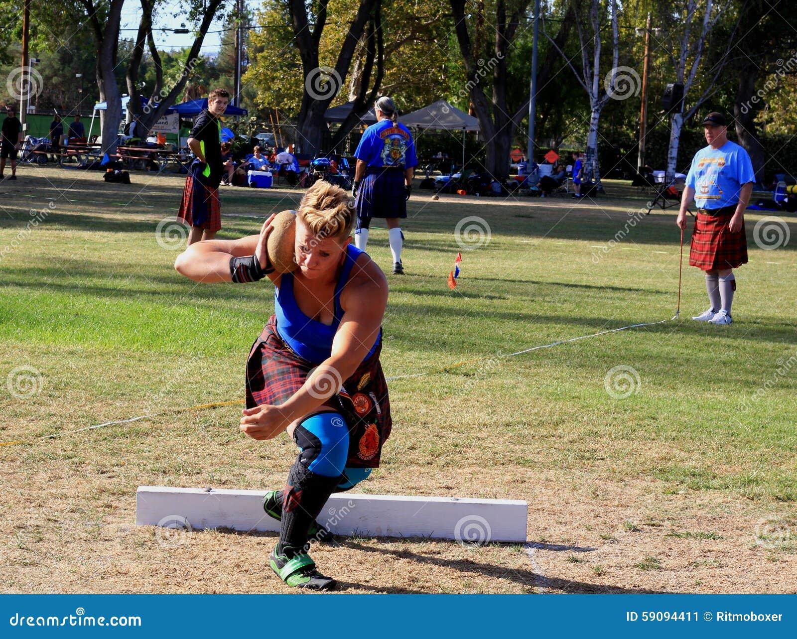 Atleta femminile che prepara gettare la pietra