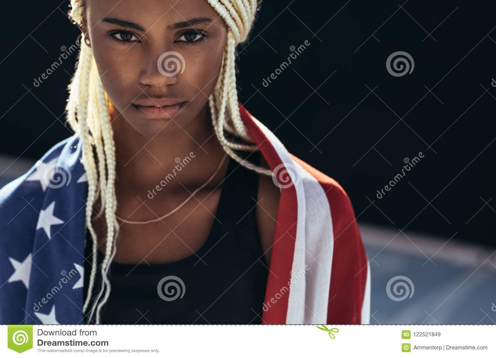Atleta femminile con la bandiera americana su lei indietro