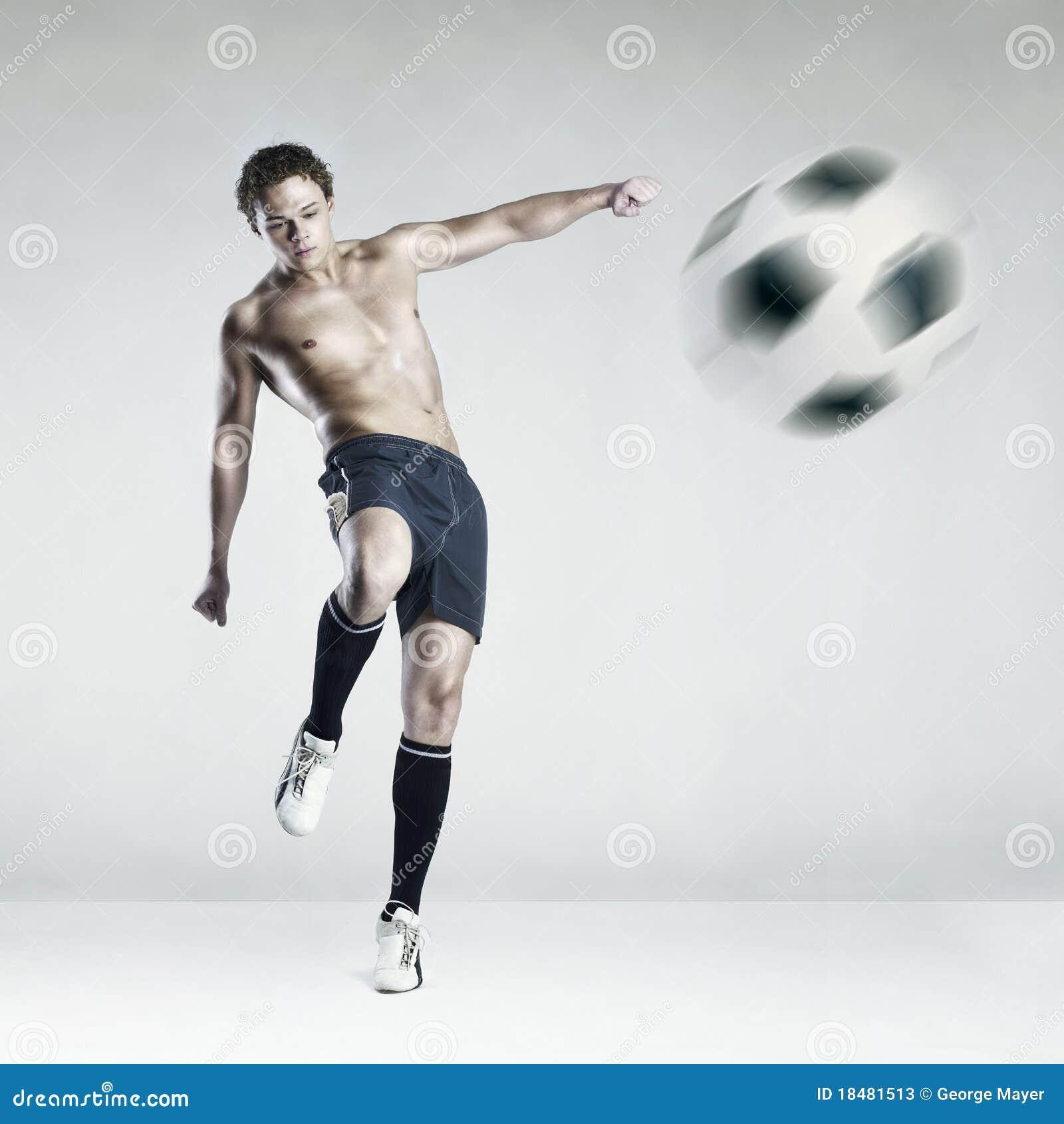 Atleta Fuerte Que Golpea La Bola Con El Pie Fotos de ...