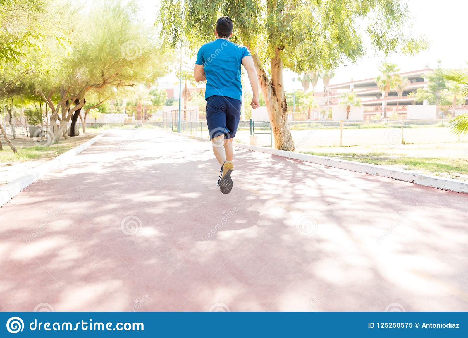 Atleta maschio Sprinting On Road in parco