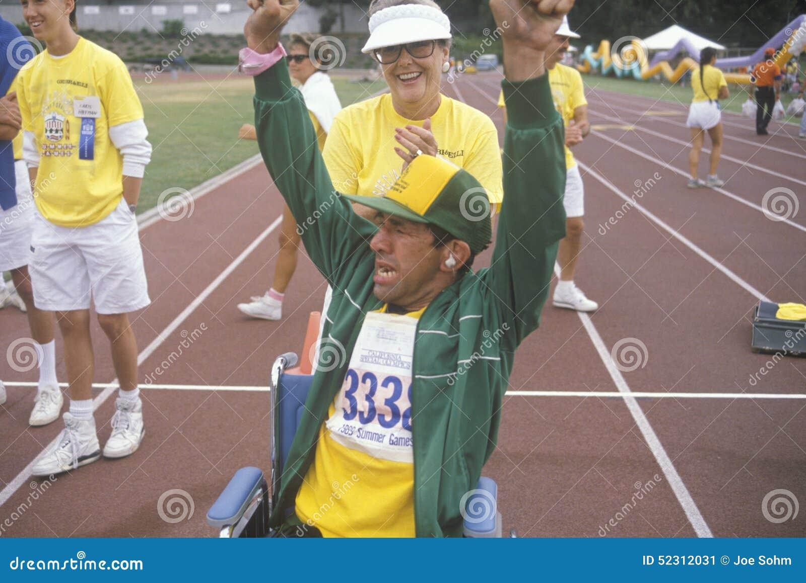 Atleta perjudicado que anima en la meta, Olimpiadas especiales, UCLA, CA