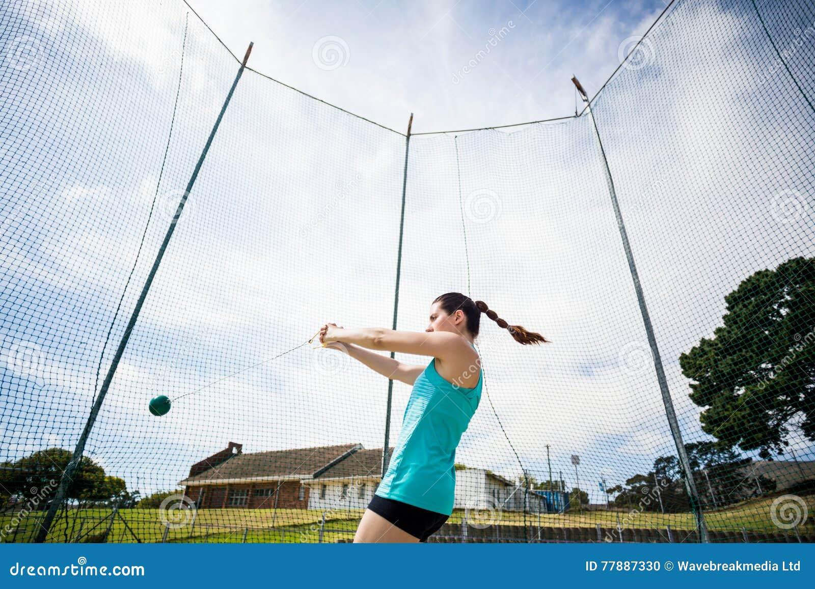 Atleta Que Realiza Un Lanzamiento De Martillo Foto de archivo