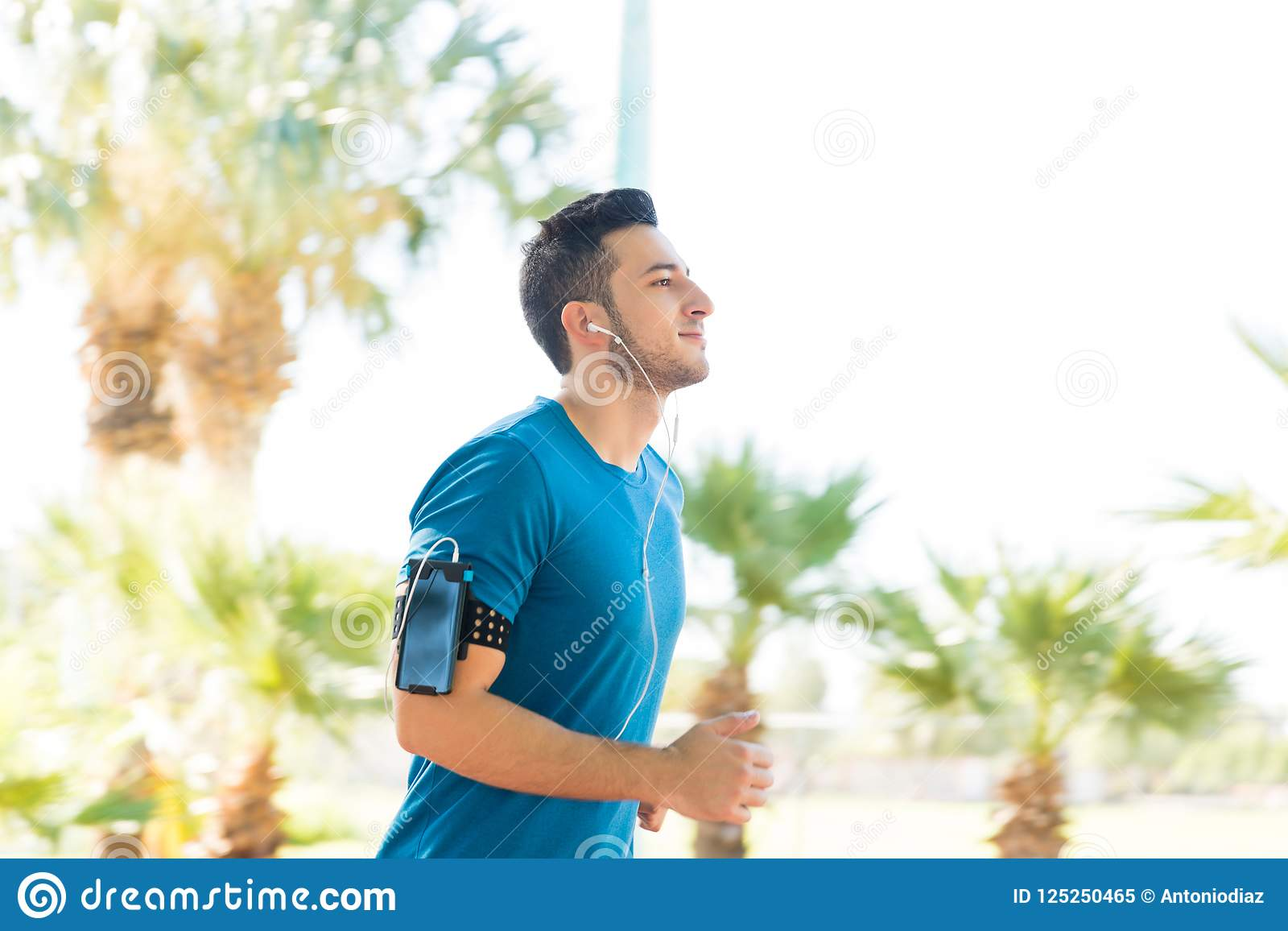 Atleta sicuro Doing Fitness Exercise nel parco di estate