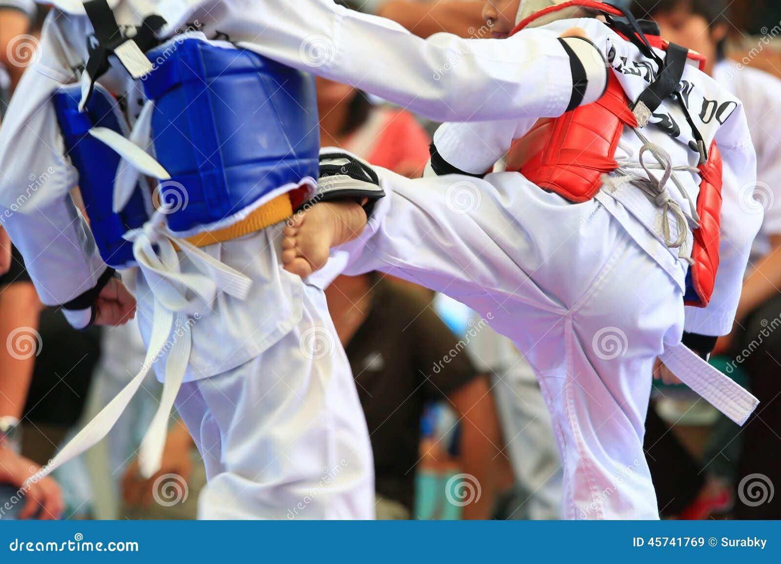 Atletas del Taekwondo que luchan en etapa