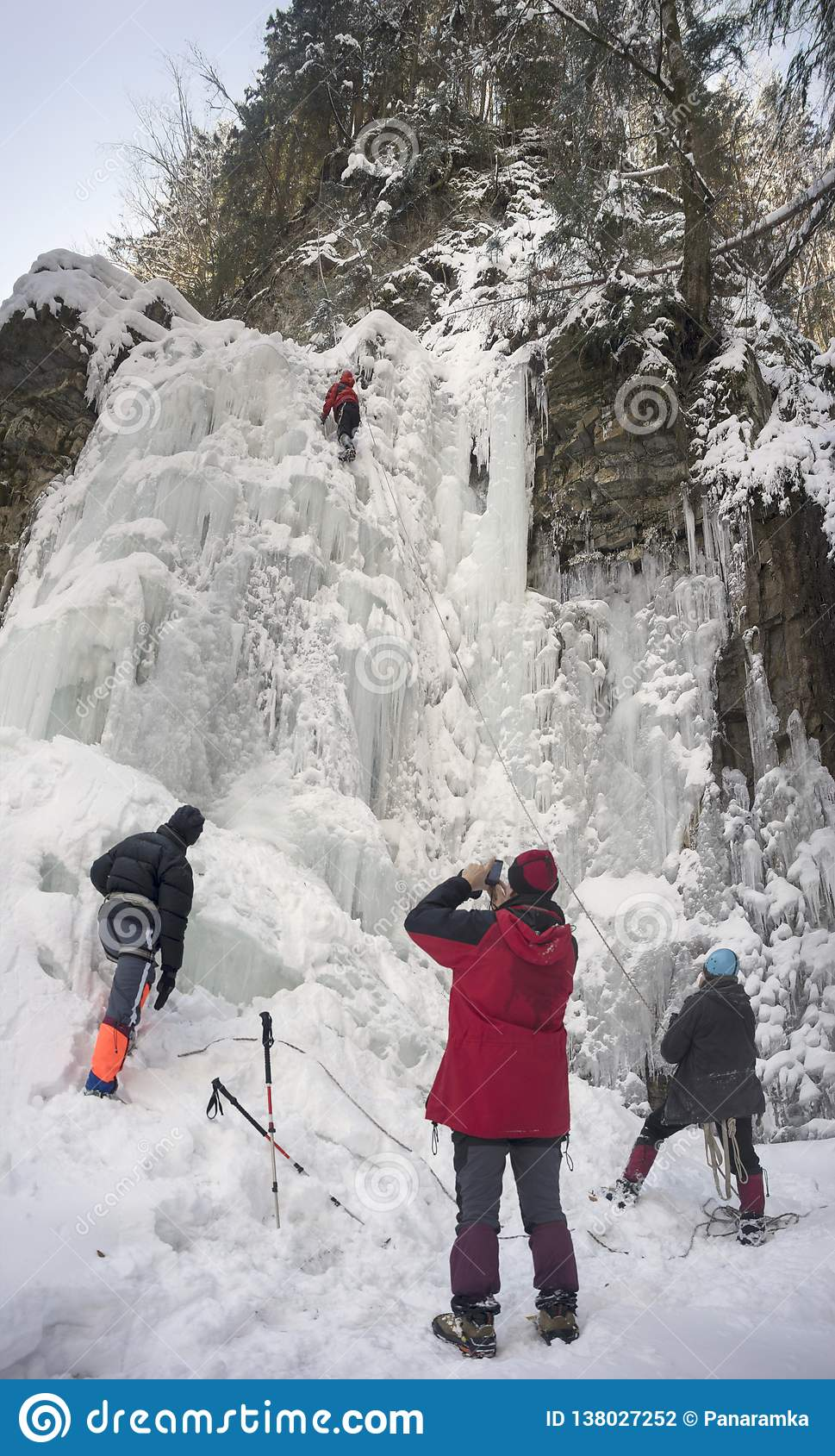 Atleten bij Manyavsky-Dalingen in de Winter