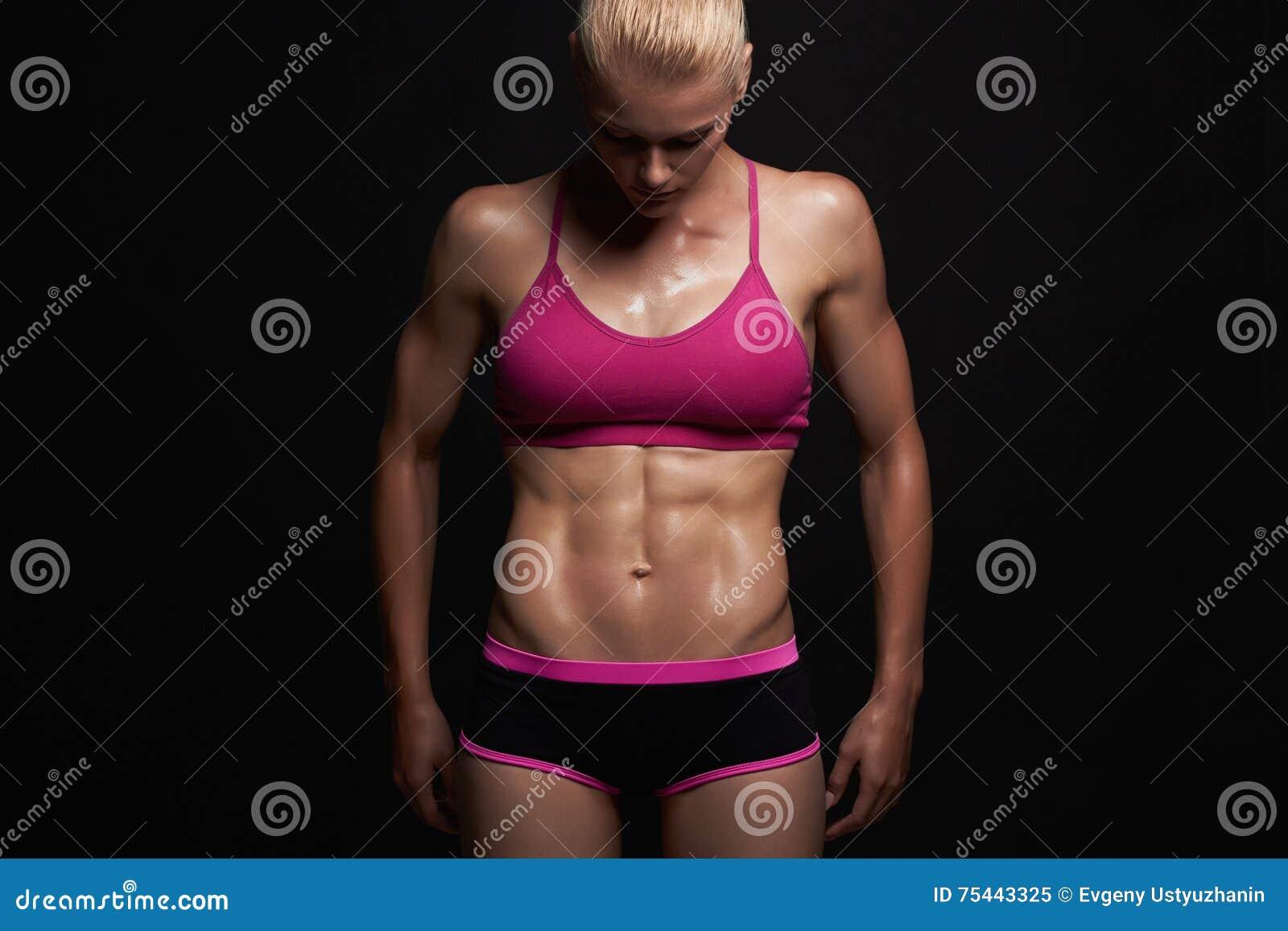 Atletisch meisje gymnastiekconcept spiergeschiktheidsvrouw, opgeleid vrouwelijk lichaam Gezonde Levensstijl