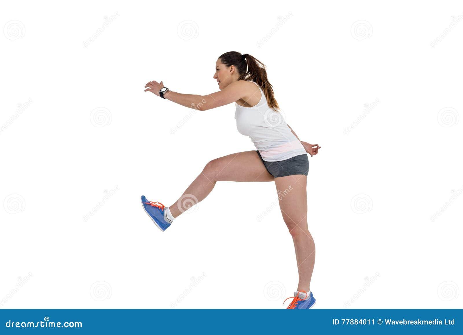 Atlety kobiety bieg na białym tle