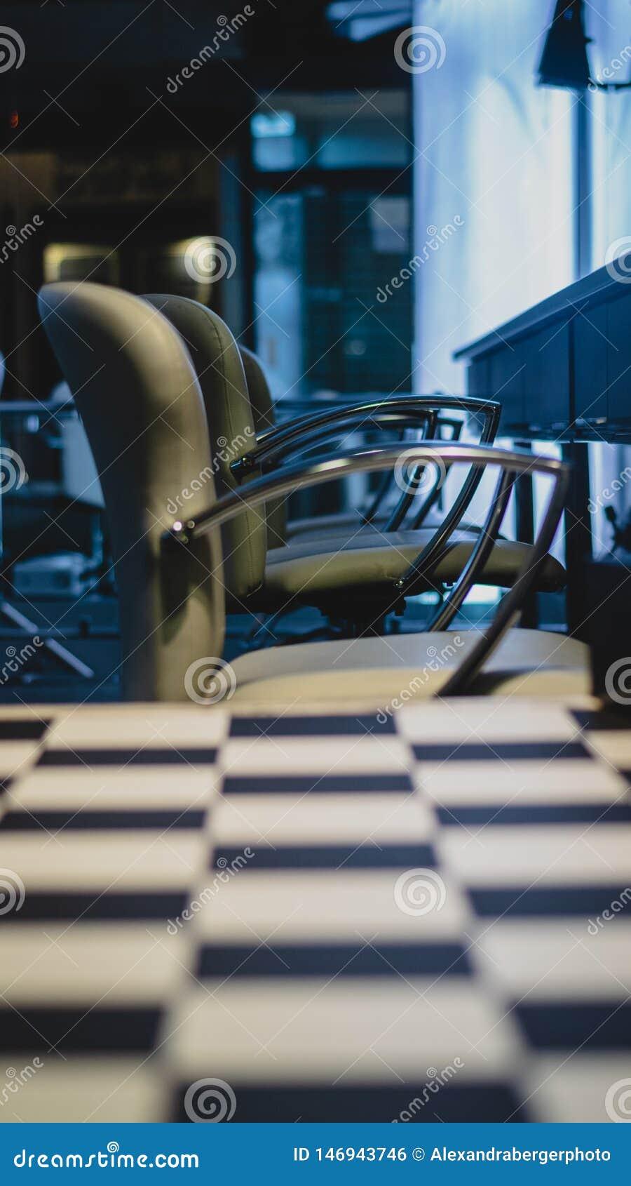 Atmosfera scura con la vista di stanza accesa con le sedie