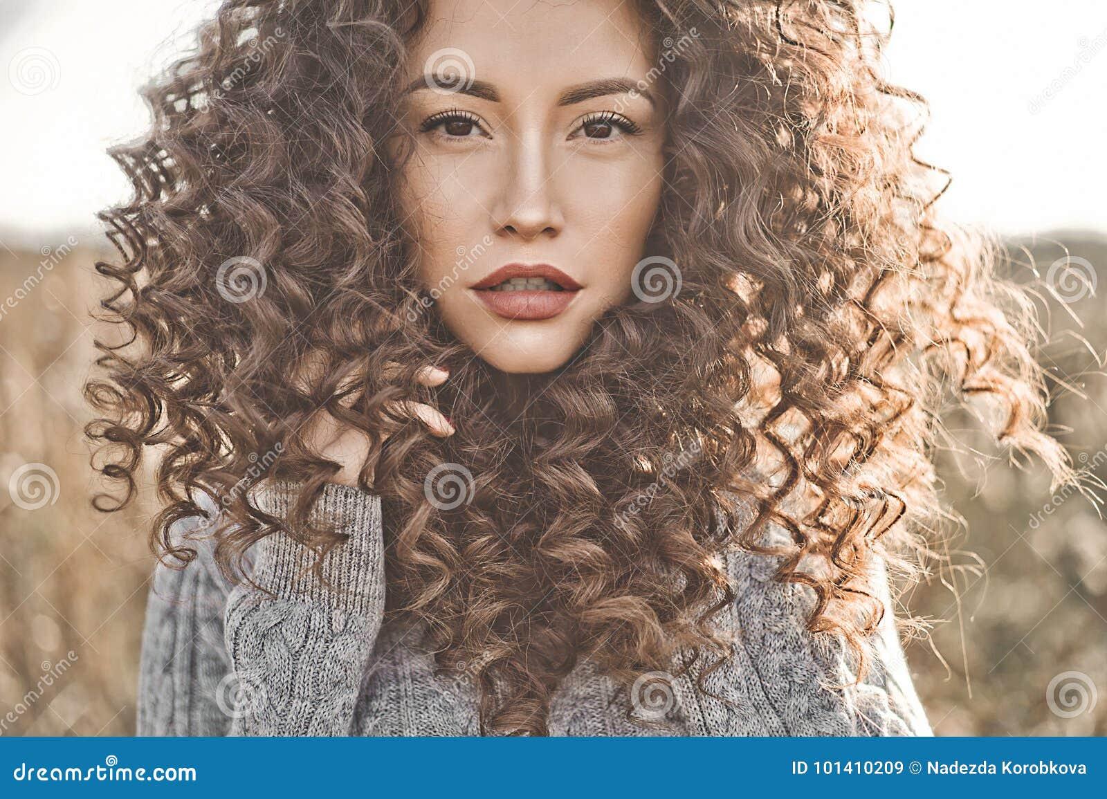 Atmosferisch portret van mooie jonge dame