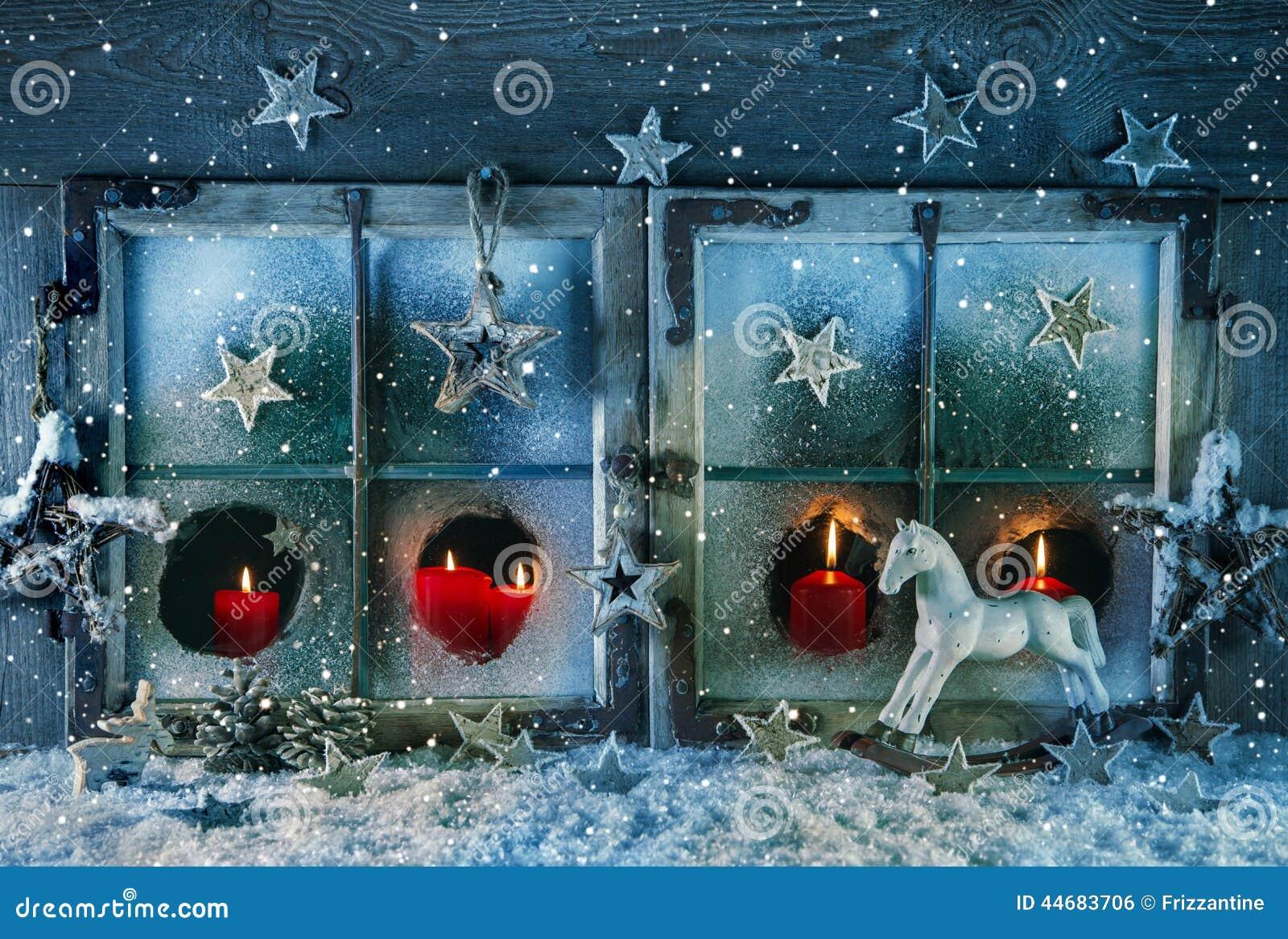 Atmosph risches weihnachtsfenster mit den roten kerzen im for Fenetre nevada