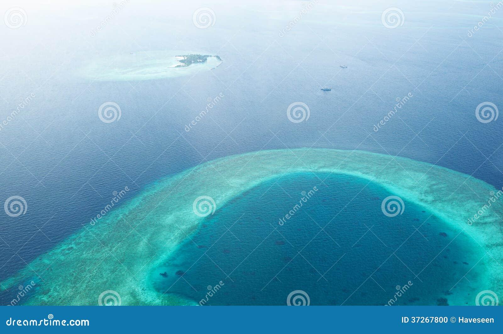 Atole i wyspy w Maldives od widok z lotu ptaka