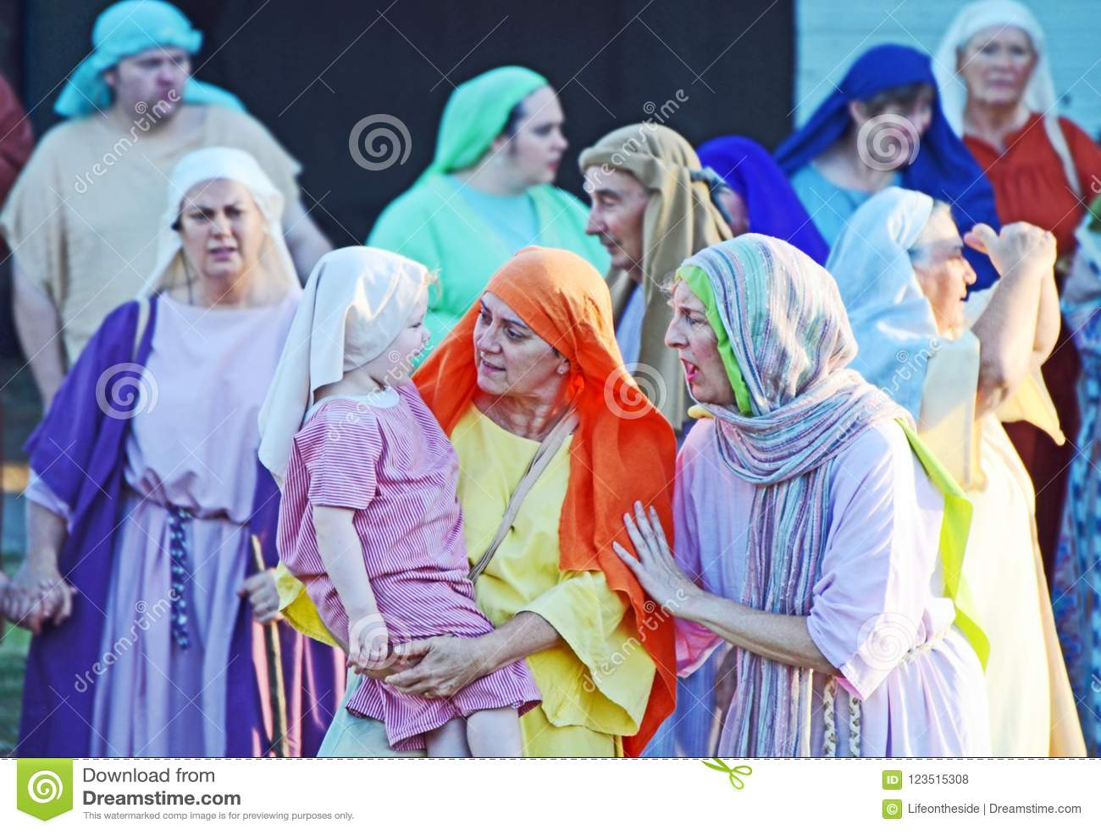 Atores da equipe que actuam como as mulheres judaicas na paixão Jesus Christ jogam