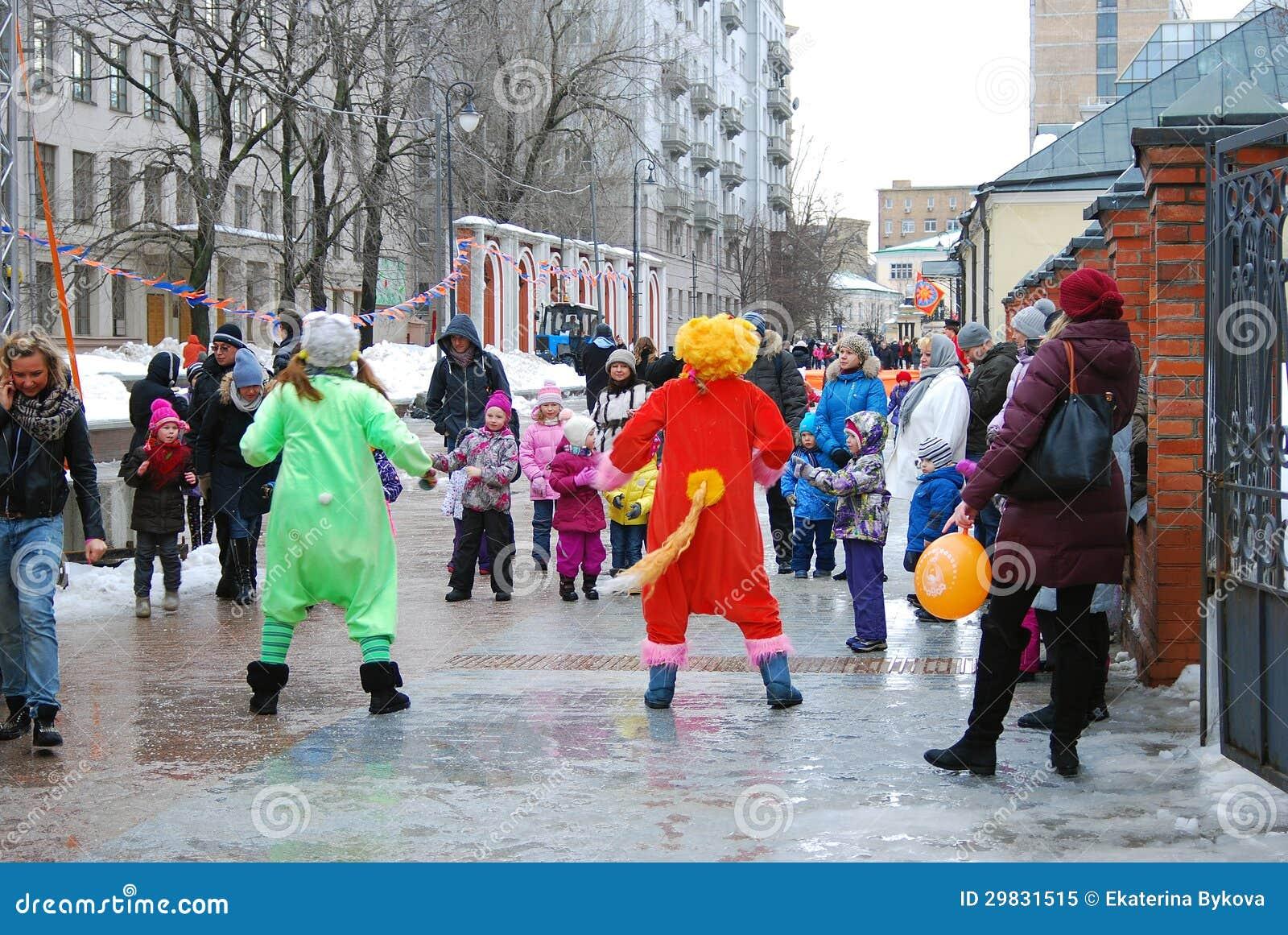 Atores da rua que jogam com crianças