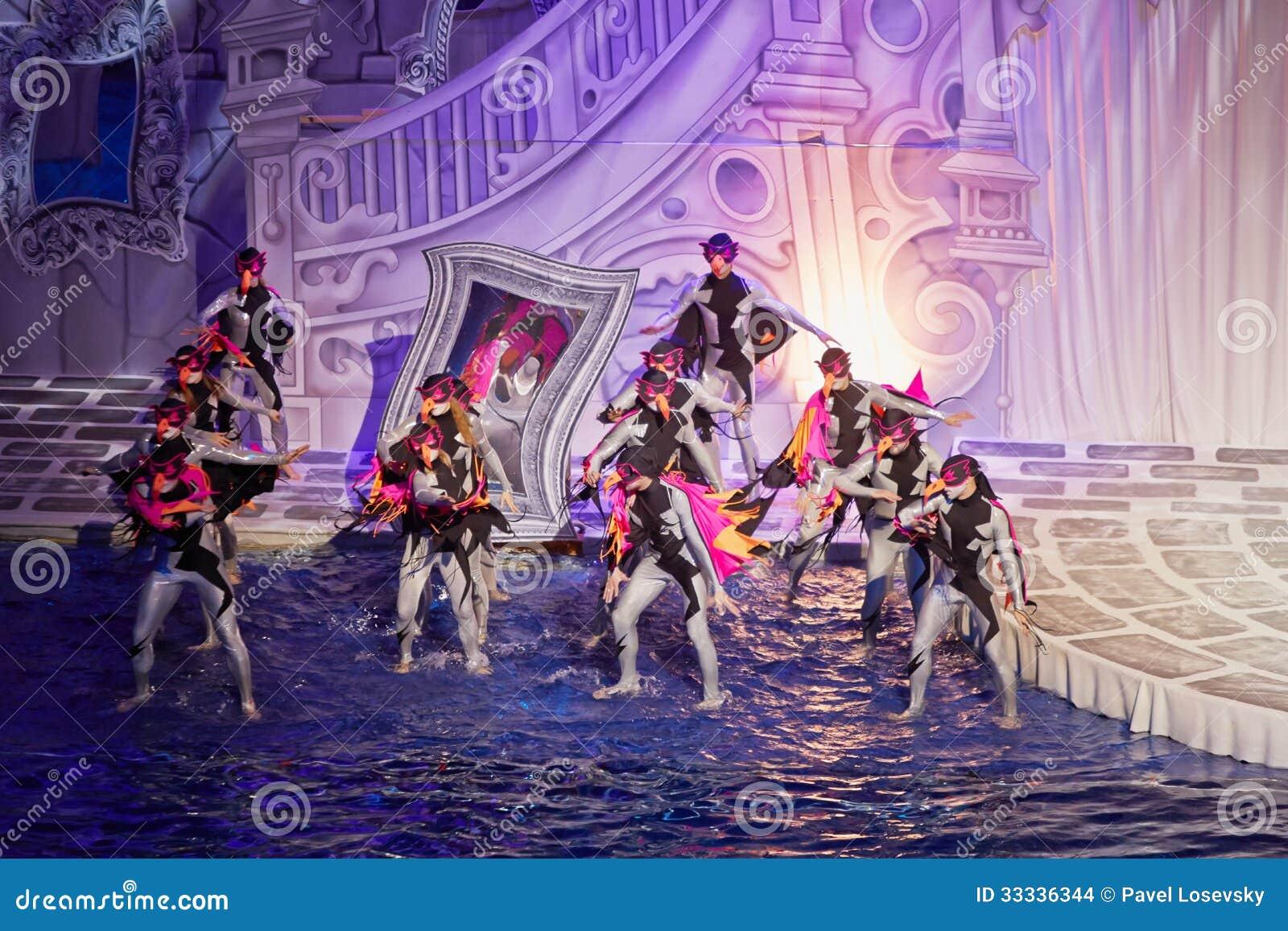 Atores durante o desempenho do conto de fadas musical