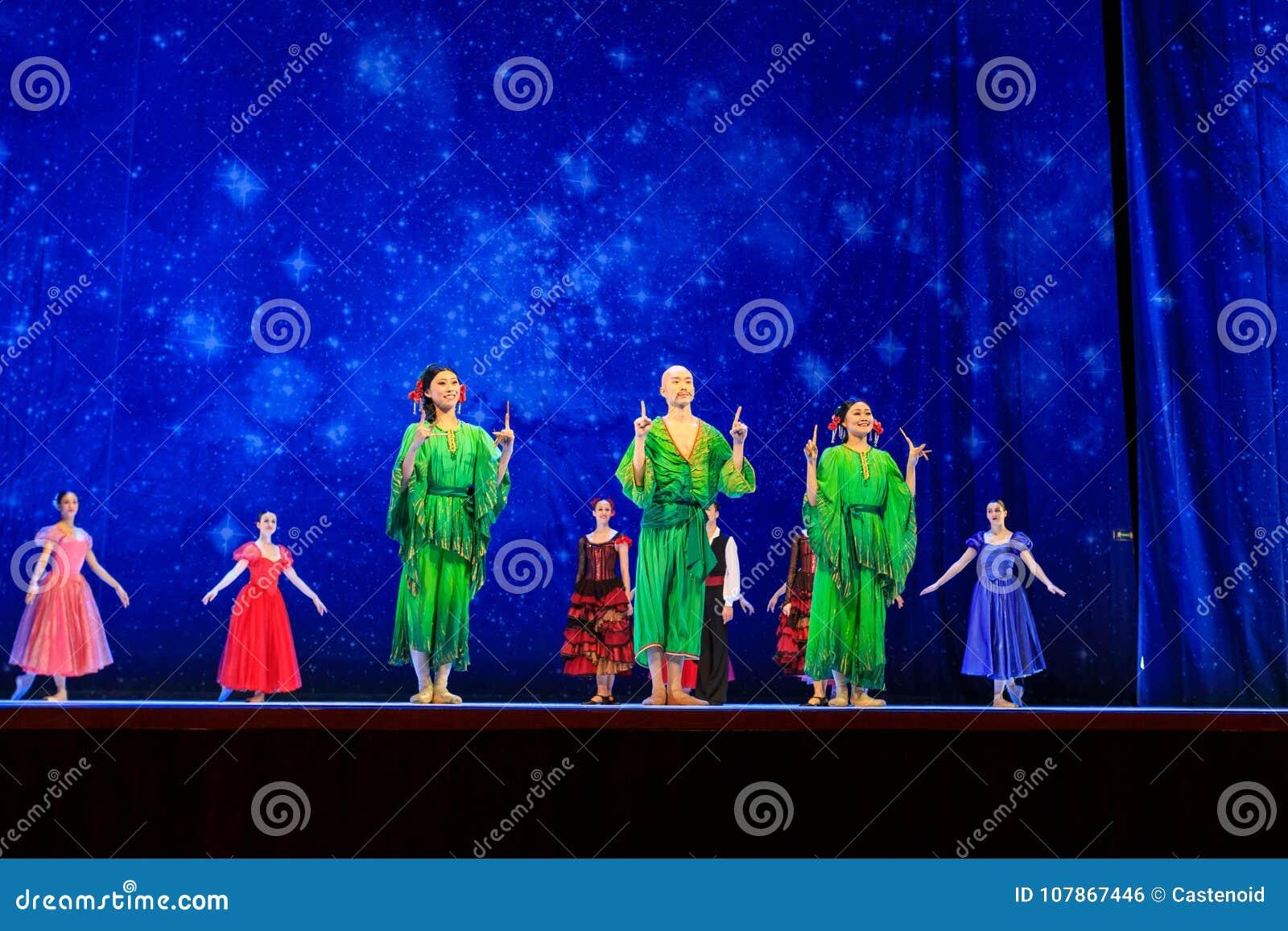 Atores na fase do teatro da ópera de Wroclaw