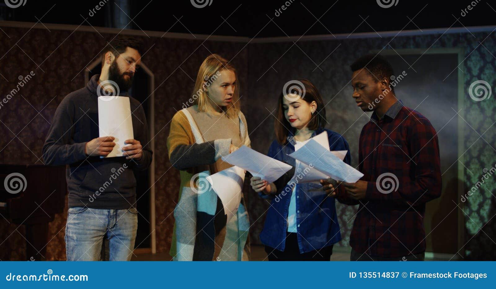 Atores que discutem durante o ensaio em um teatro