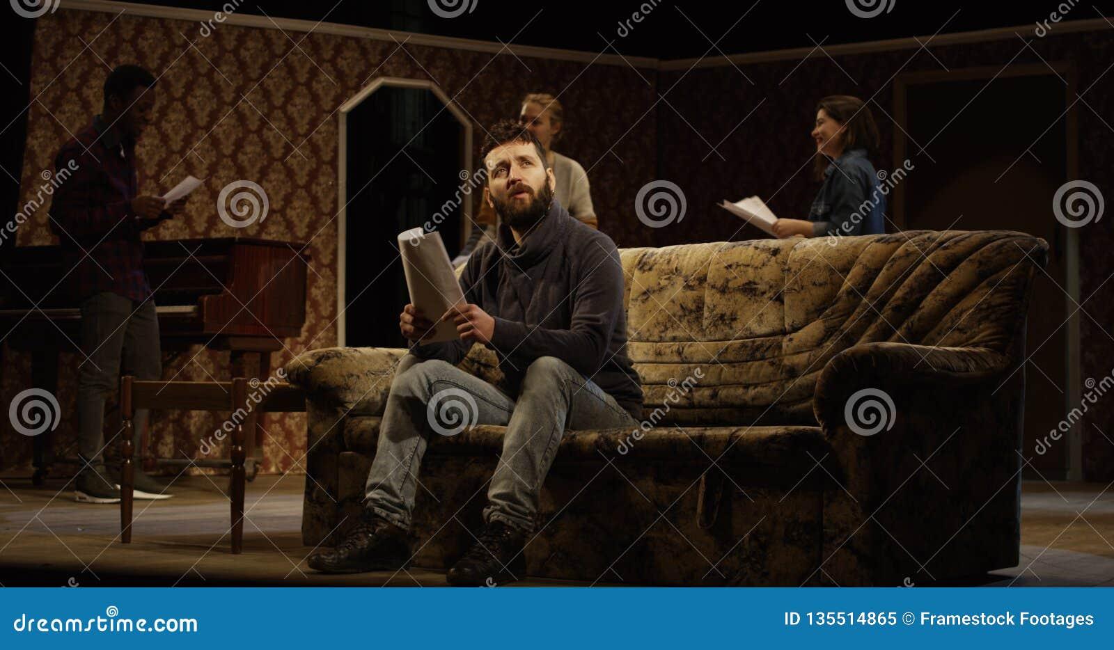 Atores que ensaiam em um teatro