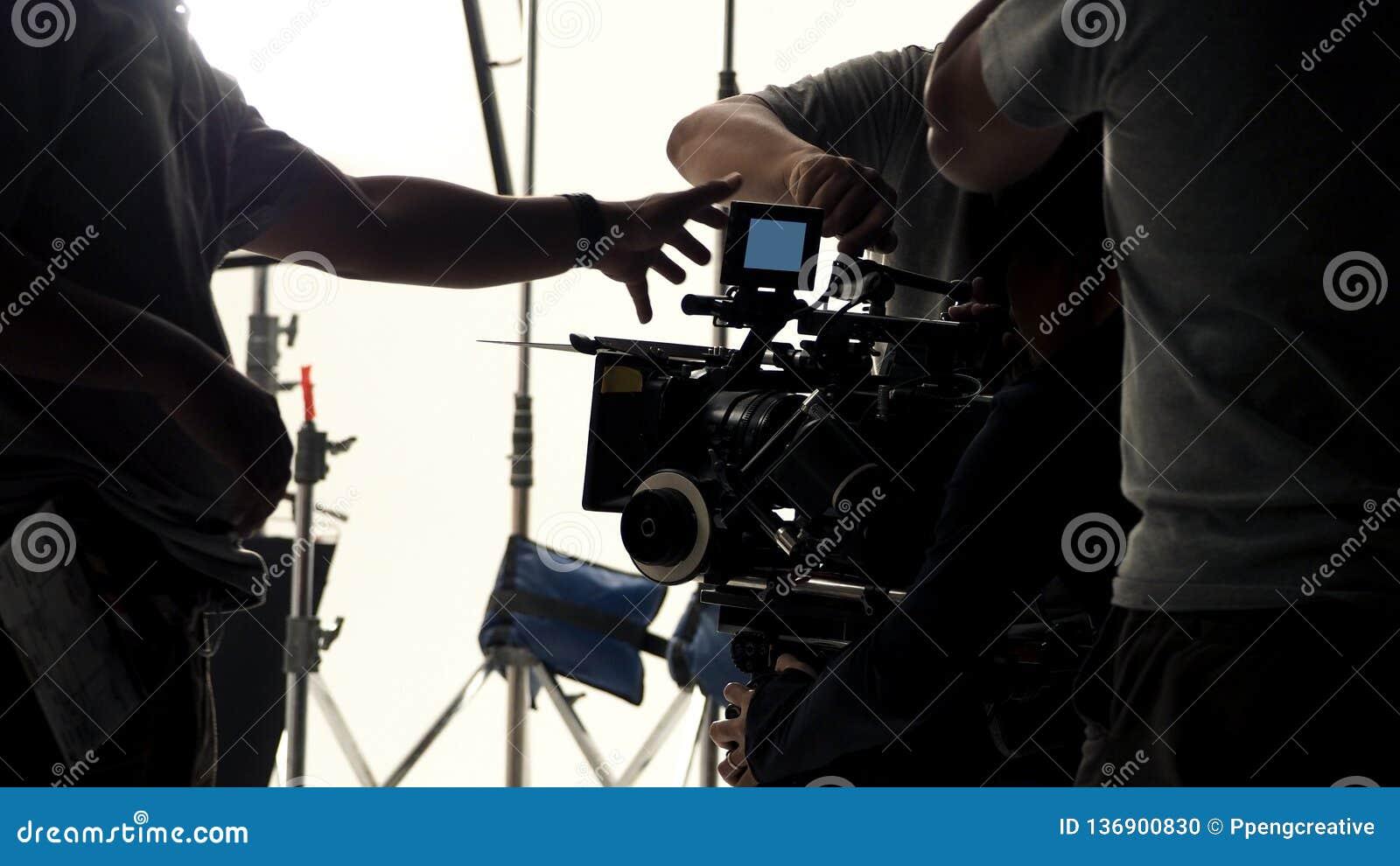 Atrás da câmara de vídeo que gravando o anúncio publicitário em linha