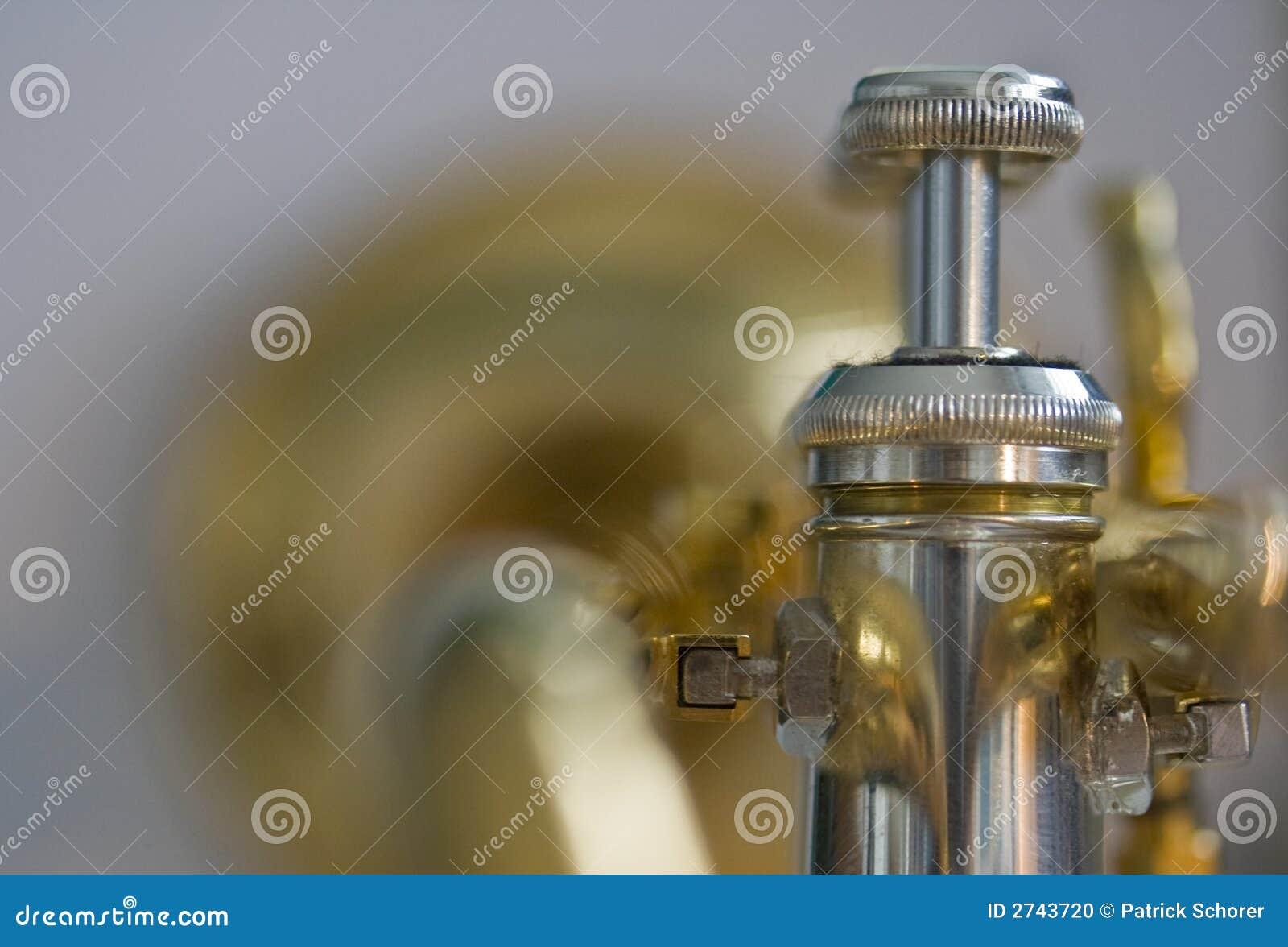 Atrás da trombeta