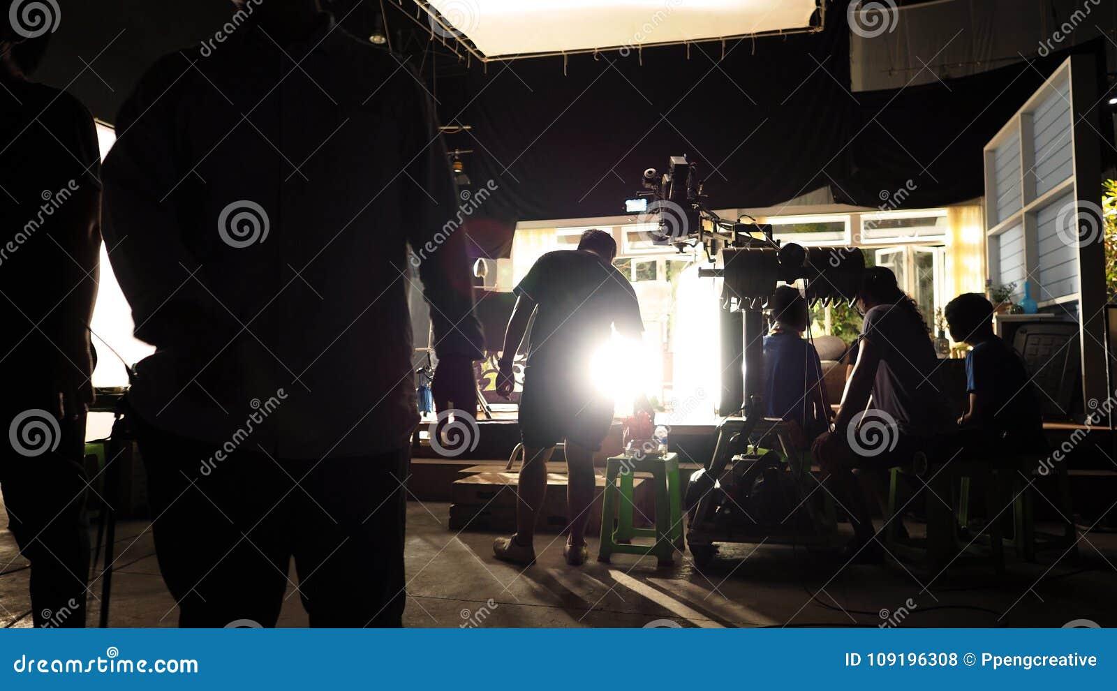 Atrás das cenas da silhueta video da equipe do grupo de produção do tiro