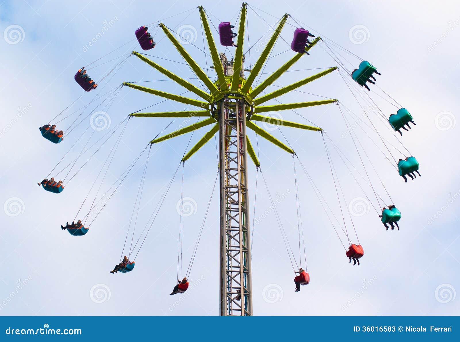Atracción colorida del parque temático con los asientos coloreados
