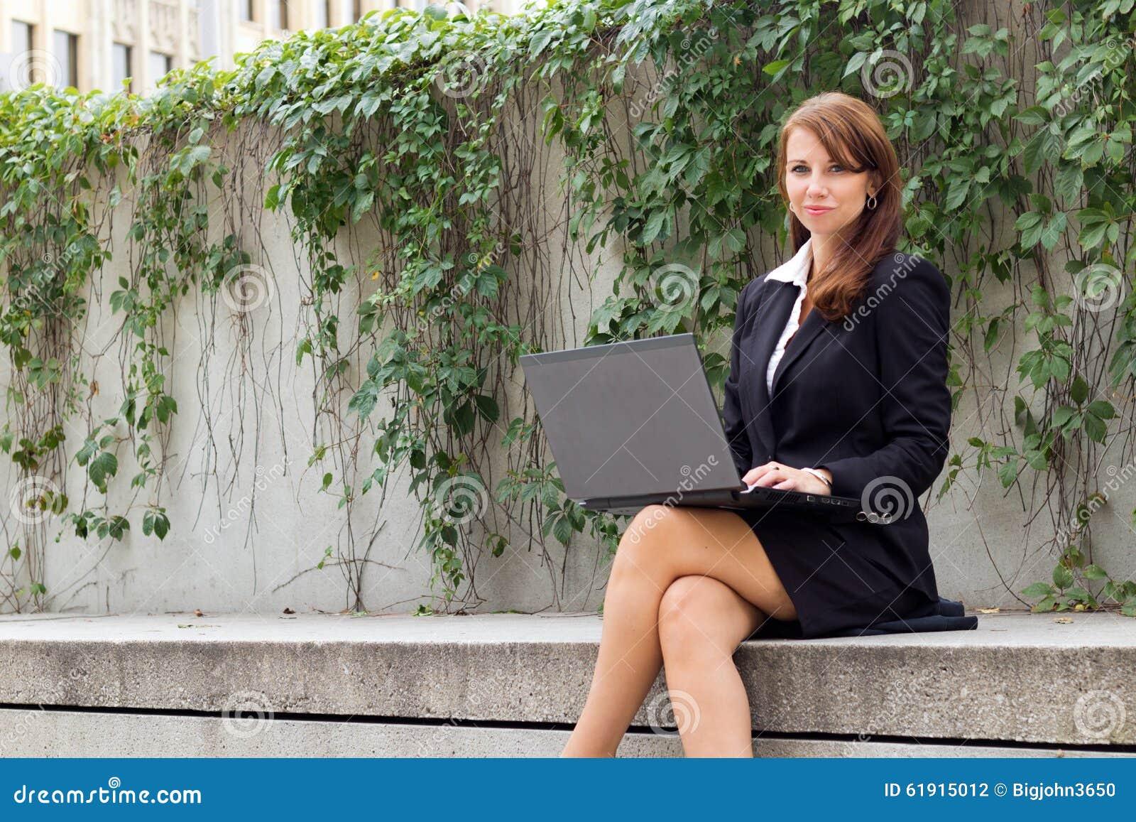 Atrakcyjna biznesowa kobieta z laptopu outdoors - copyspace