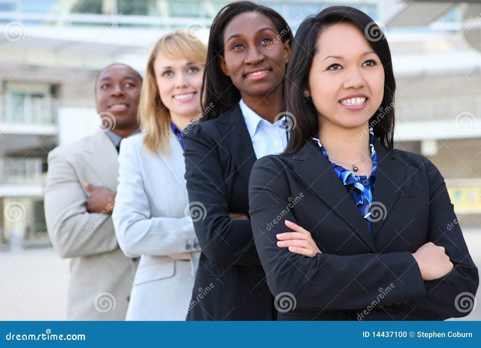 Atrakcyjna biznesowa różnorodna drużyna