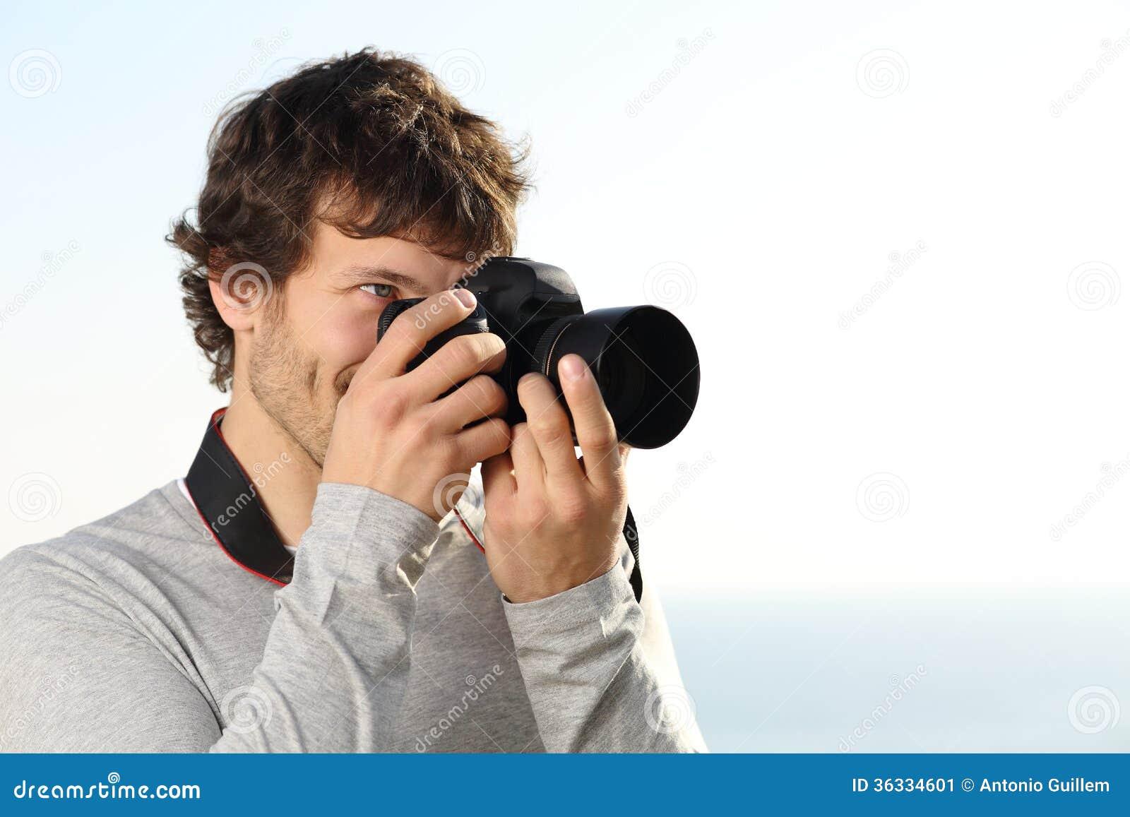 Atrakcyjna fotografia fotografuje z slr kamerą